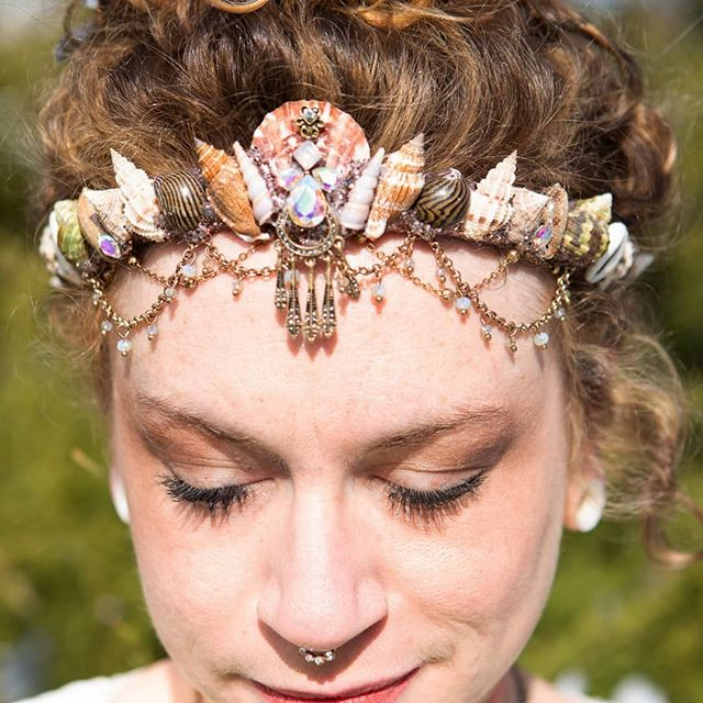My sisters @jade.patrick & @mplsartbabe got this mermaid crown for me for my golden bday this year 👑 It was handmade in Australia by @chelseasflowercrowns #smalltreasures