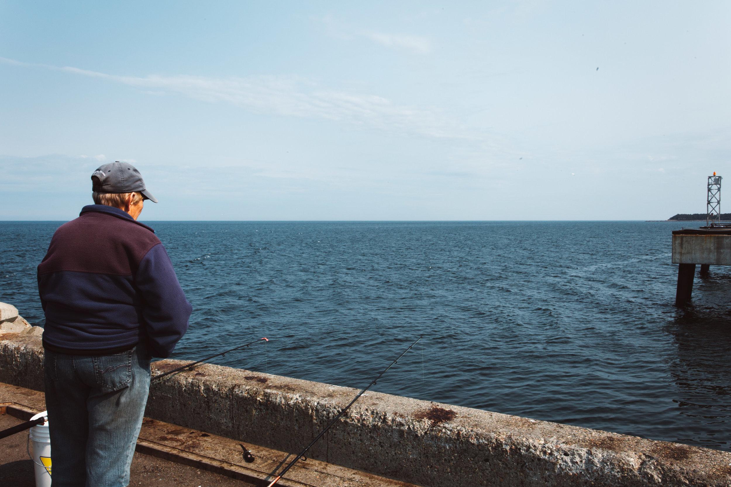 Pêche - La pêche aux macros est très populaire dans la région. Que se soit du quaie ou de la rive, le poisson y est présent en abondance.