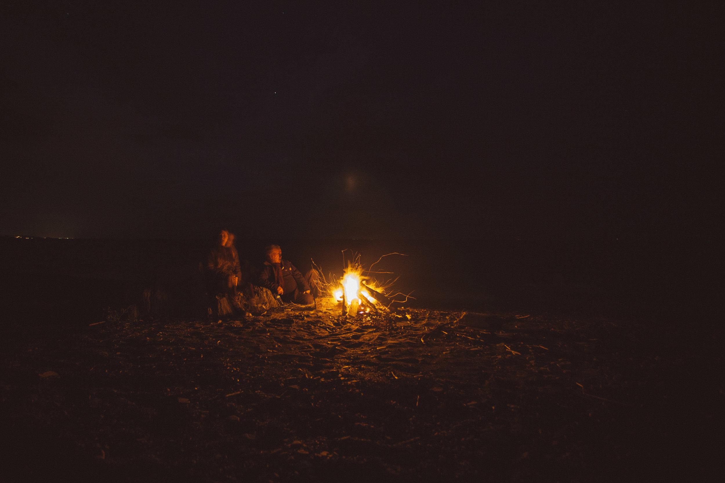 Feux sur la plage - Quoi de mieux qu'un feu sur la plage pour célébrer cette fin de journée paisible? Avec une guitare et des amis s'est le plaisir garantie.