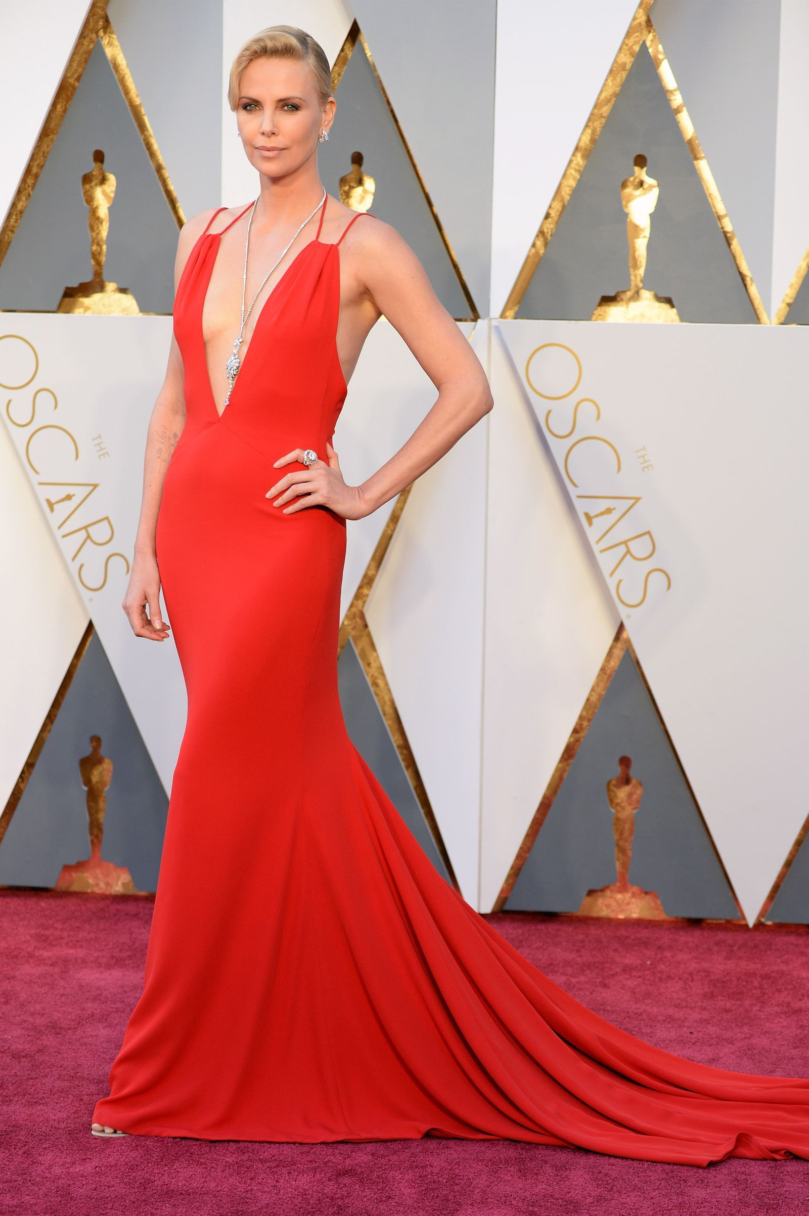 CHARLIZE THERON, OSCARS 2016 IN DIOR COUTURE