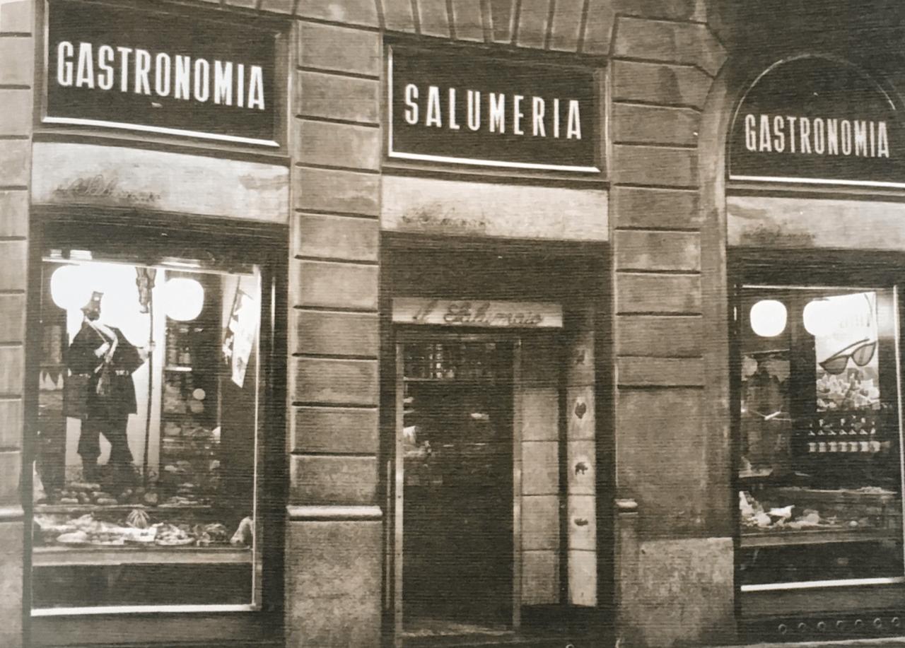 Le-prime-vetrine-storiche-in-Via-Montenapoleone-12-nel-1957.png