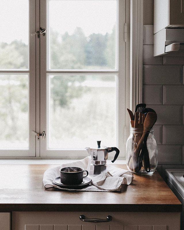 Tänä aamuna nukuin pitkään ja vielä heräämisen jälkeenkin pysyin peiton alla lukemassa kirjaa ennen kuin nousin keittämään kahvia ja valmistamaan aamupalaa. Nyt makaan olohuoneen matolla muistivihon kanssa kuuntelemassa musiikkia, enkä malta ola ajattelematta, että tämä rauhallinen aamu on ollut kaikin puolin aika ihana. Ja nyt haluaisinkin kuulla, millainen on sun mielestä täydellinen aamu? Miltä se näyttää viikonloppuisin? Entä arkena? ⠀⠀ ... ⠀⠀ When I woke up this morning, I didn't get up immediately but instead stayed in bed reading until I felt like getting up and making breakfast. And now I'm laying on the floor with my notebook, writing, listening to music and I can't help but think that this slow morning has been pretty perfect. But now I would love to know what your version of a perfect morning looks like? What is it like on weekends? How about weekdays? ⠀⠀ #ihanaaamu #ihanaaollakotona #kahvihetki #theslowdowncollective #mydarlingminimal #slowandsimpledays #myquietbeauty #slowlived #aslowmoment #posttheordinary #morningscenes #morninglikethis #morningtime #daysofsmallthings #verilymoments #myhappyviews #goodmorningfolks