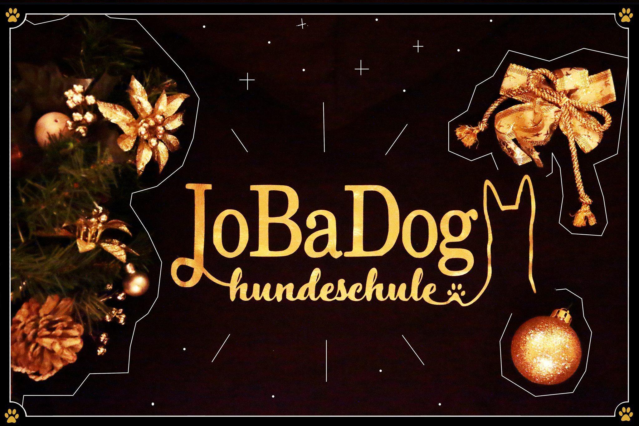 23. Dezember - Heute gibt es die allerletzte Verlosung des JoBaDog Adventskalenders!Ein schwarzer Hoodie mit goldener JoBaDog-Aufschrift wartet auf E I N E N von euch. 🐾Heute gilt: Wollt ihr den gemütlichen, super warmen, edlen Hoodie gewinnen?Dann schaut noch schnell bei Facebook oder Instagram vorbei! Dort sind wir neugierig, welche Trainingsziele sich euer Hund-Mensch-Team sich für das Jahr 2019 gesetzt hat. 👍 Nehmt bis zum 24.12.2018 am Gewinnspiel teil – an diesem Tag werden auch die Sieger bekannt gegeben.