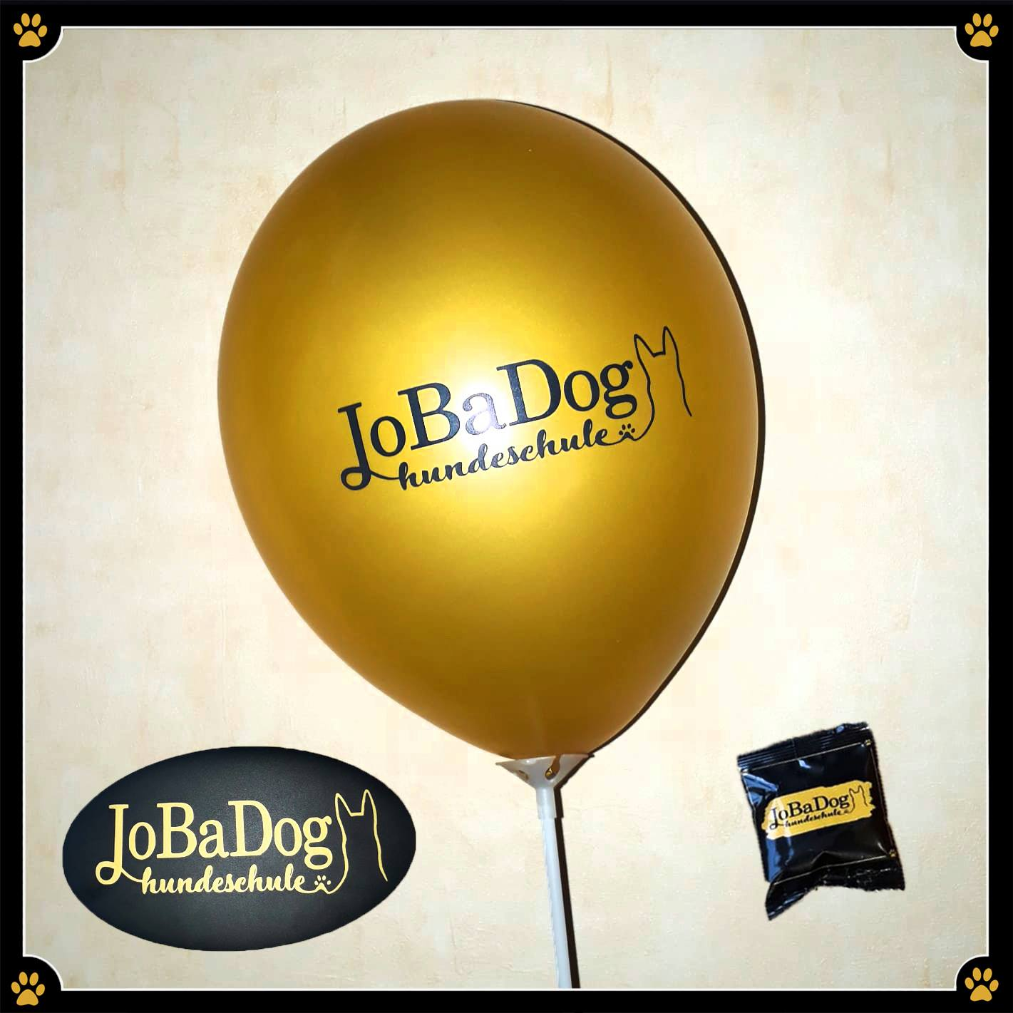 Grüne Woche - Mit Feuereifer dem Event entgegen. 🎉Bei JoBaDog wird kreiert, trainiert und organisiert. Pünktlich treffen nach und nach die bestellten Goodies ein, die Hundeschüler sprudeln vor Ideen, die Wauzis überraschen mit ganz neuen Talenten – alle arbeiten mit irre viel Spaß an unserem Ziel: Eine tolle Show auf der Grünen Woche. 🌿Wir hoffen, der Spaß wird ansteckend sein und ihr habt mit uns eine tolle Zeit. 💛 Ihr könnt uns am Sa 19.01., So 20.01. und Sa 26.01. dort antreffen. Wir freuen uns auf Euch! 😊🐾