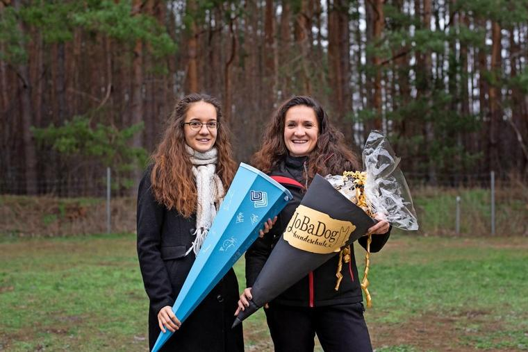 Für Joanna (l.) gab es zum Start in die Selbstständigkeit und für Véronique Bauer zum Ausbildungsbeginn eine Schultüte Quelle: Vanessa Lück