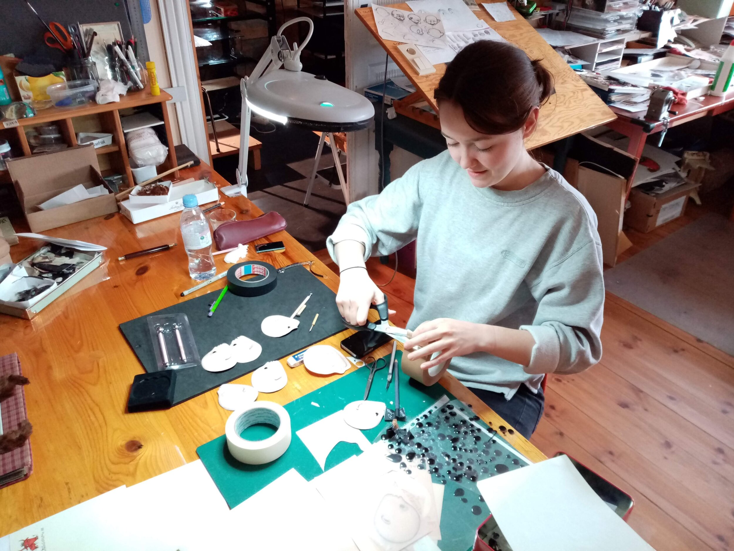 Shaping paper heads of the main character in  Mor visste ingenting / Mother didn't know