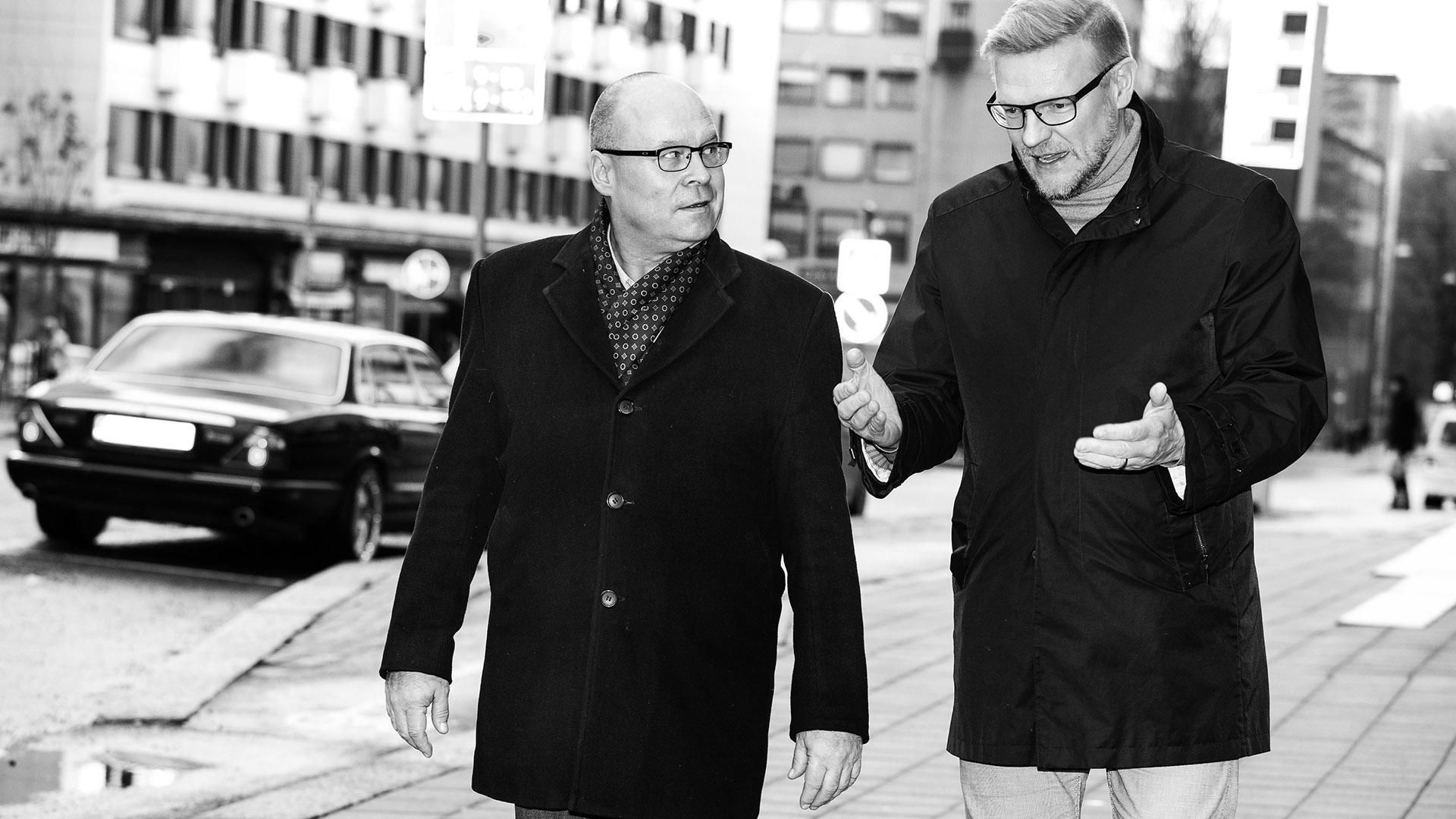 Juha ja Markku lounaskävelyllä Turussa.