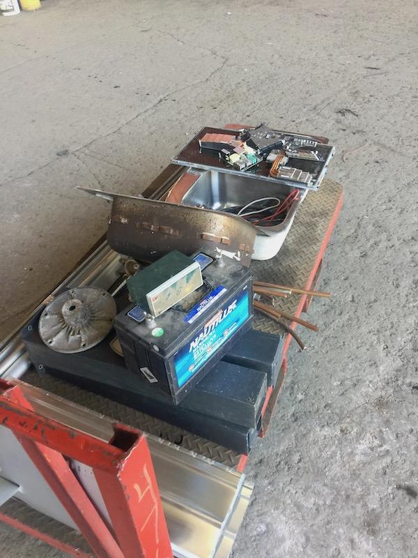 On ramasse et on trie vos vieux métaux désuets et on va les porter au recyclage lorsque nous en avons assez.
