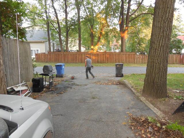 Faire un ménage extérieur. Nettoyer les allées. Désherber les plates-bandes. Couper le gazon. etc… Nettoyer la façade et quelques petites attention font toute une différence pour la première impression.