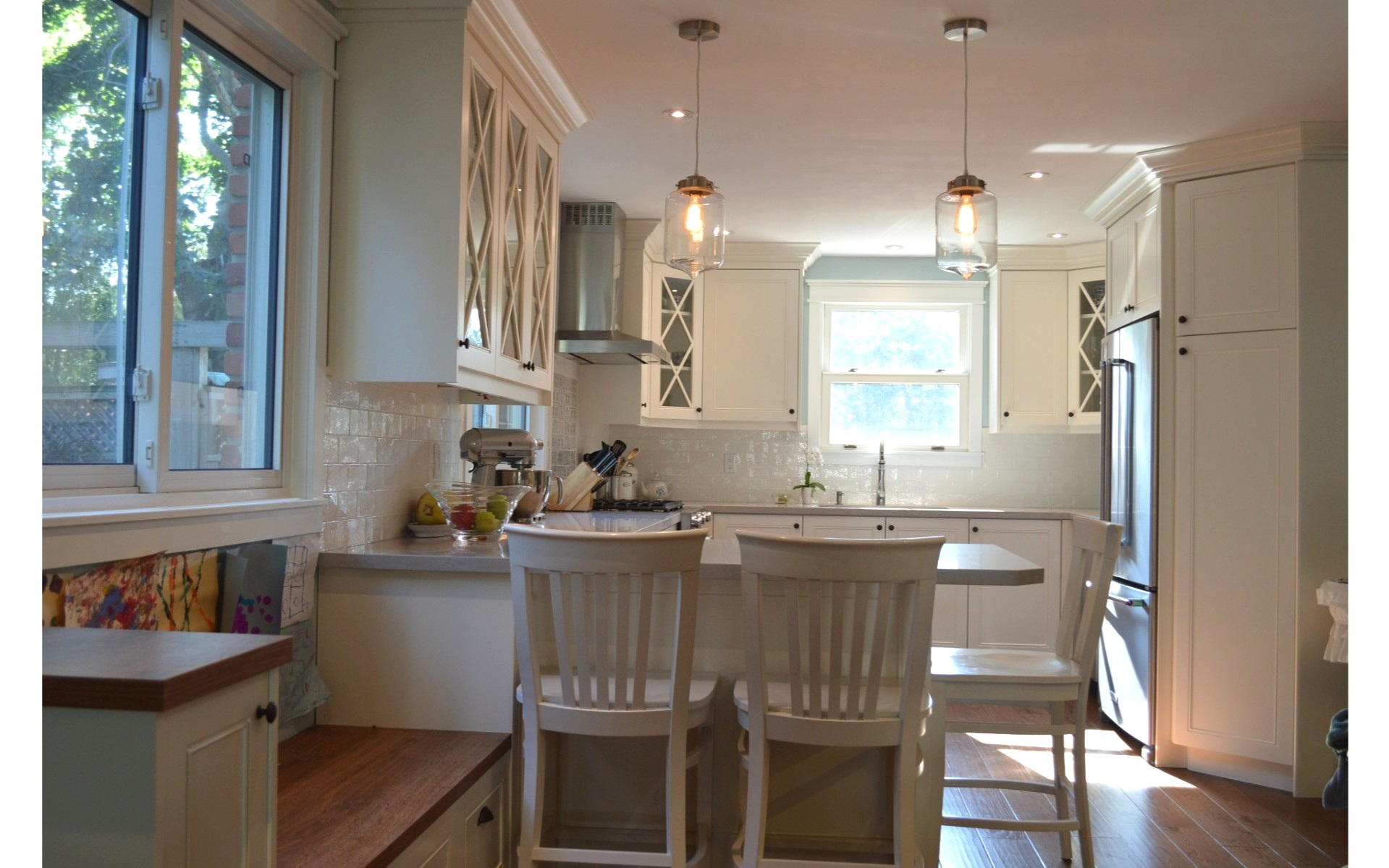 Cosy kitchen with hanging lights and white cabinets