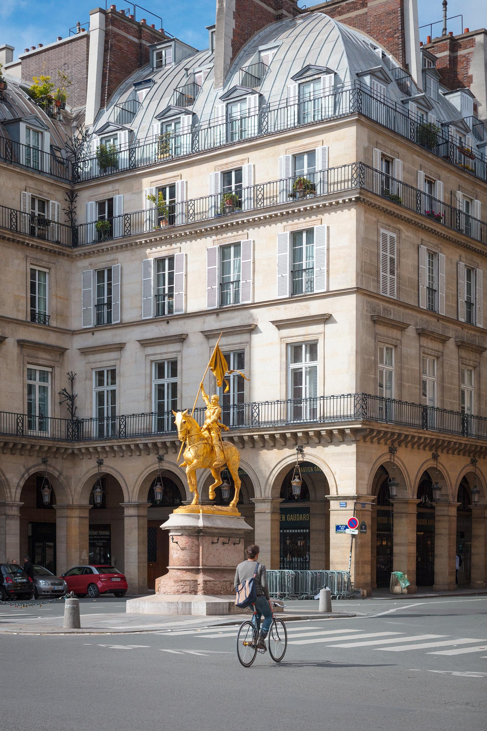 Produit d'investissement dans Paris - Yoram et Lili souhaitent investir dans Paris. Ils recherchent un appartement typiquement parisien à mettre en location. A partir du 2ème étage avec ascenseur, avec ou sans travaux. Ils sont assez pressés : avant la fin de l'année!