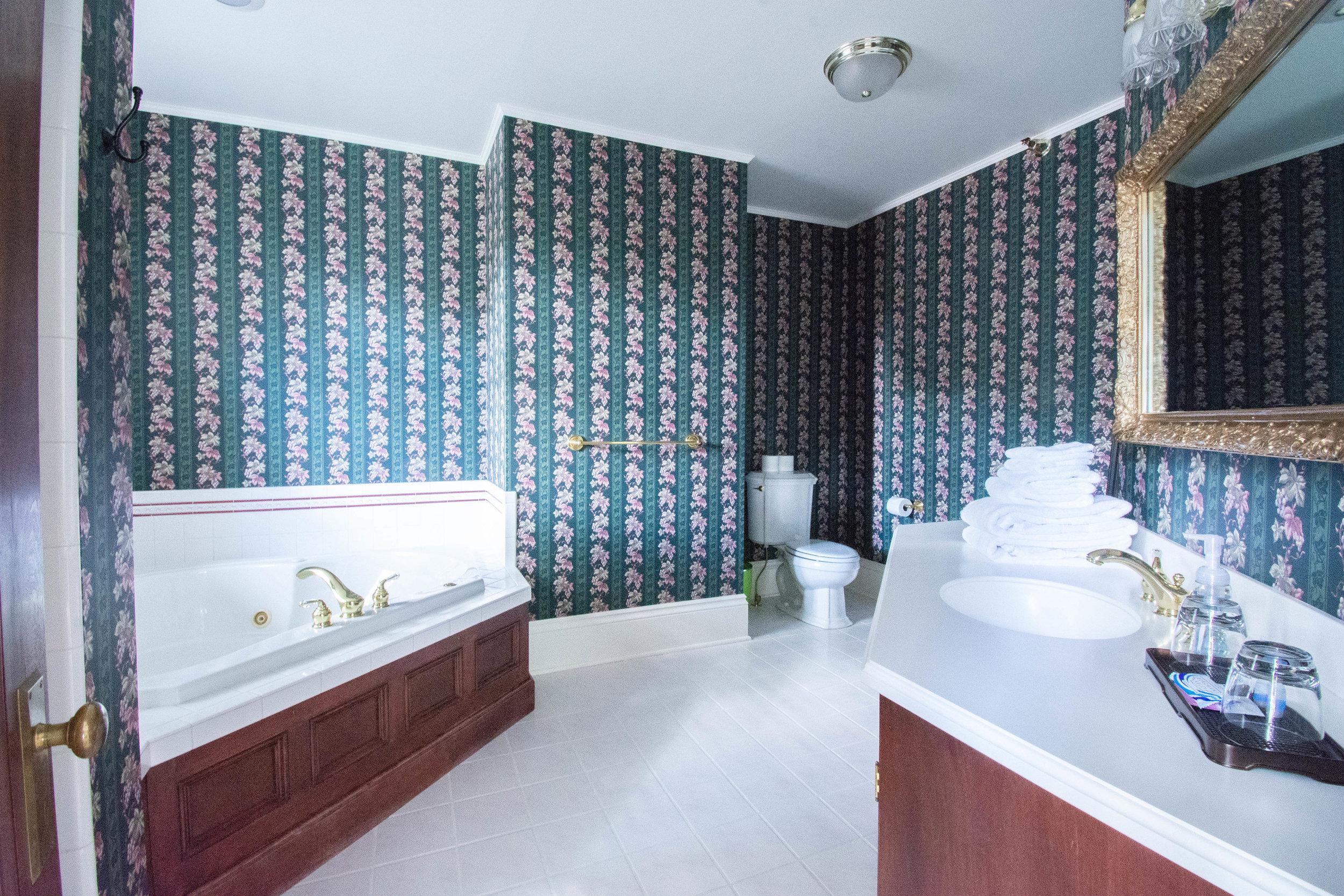 "alt=""Green Duck bathroom, including tub and sink"""