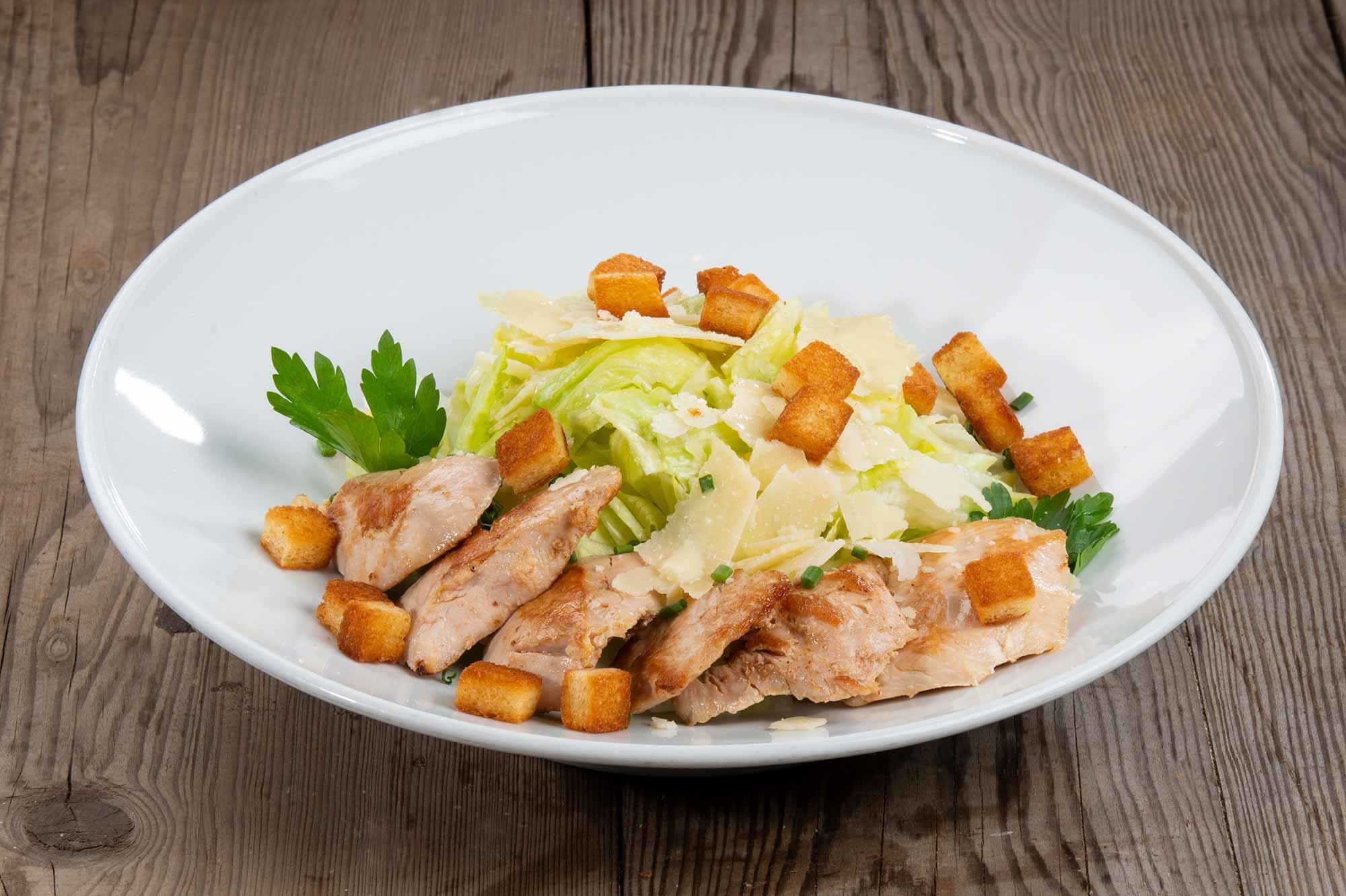 Emils Salat - Mix Salat,  Parmesan, Croutons, Hähnchenstreifen, Tomaten, Joghurt oder Balsamico Dressing, Ciabatta Brötchen