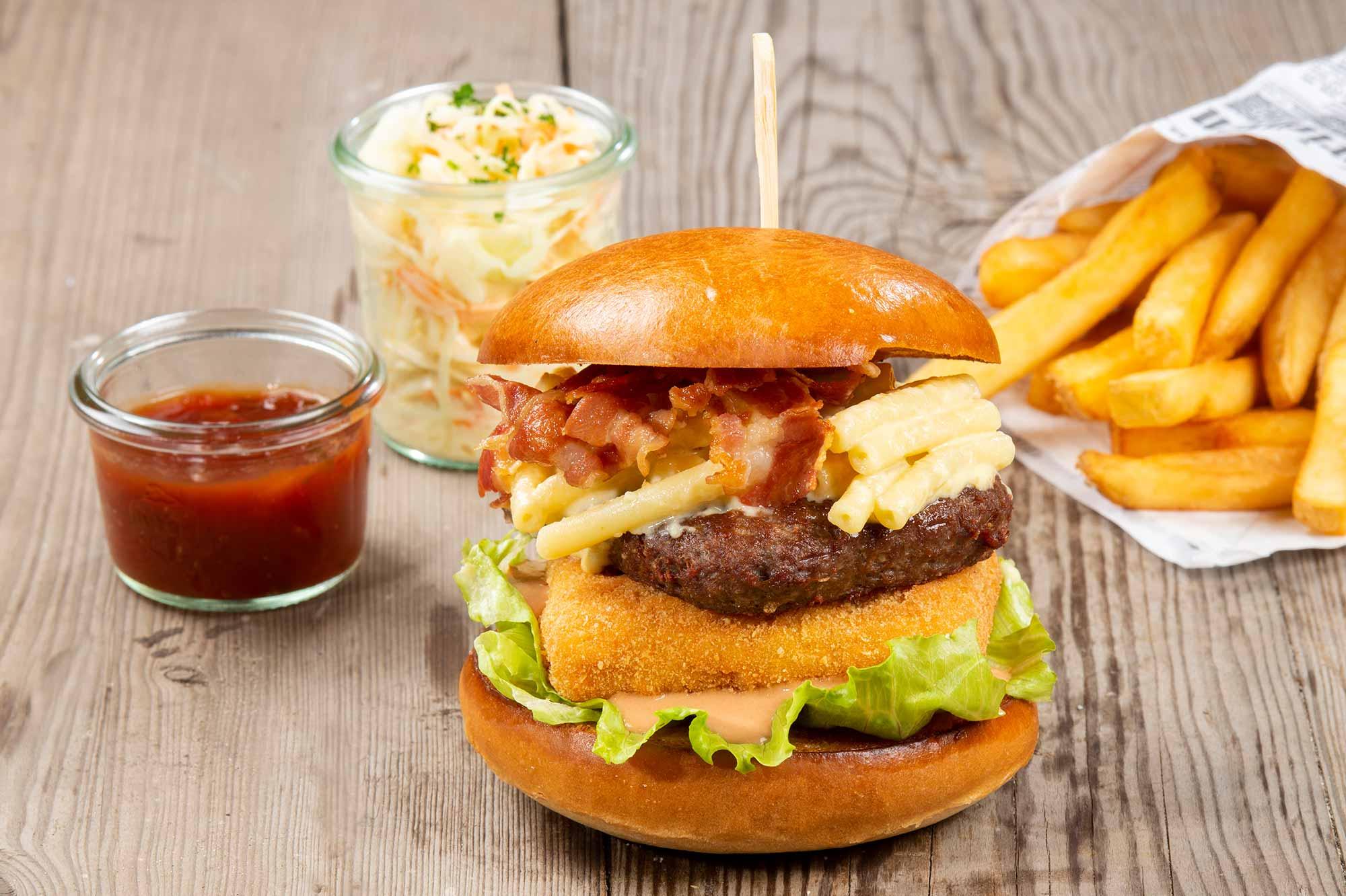 Mac & Cheese Burger - Brioche, 200g Rindfleisch, Bacon, Maccaroni Patty, Käse Maccaroni, Cocktail Sauce, Eisbergsalat