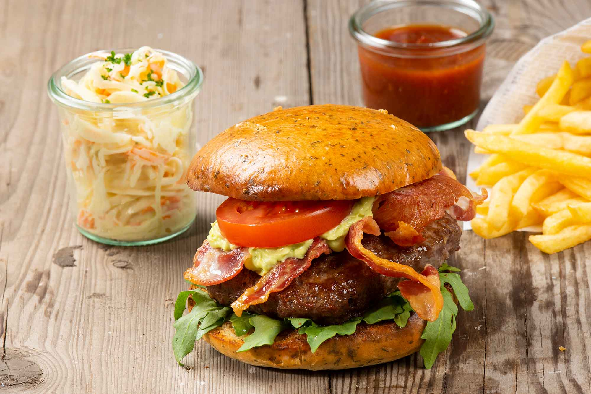 California Burger - Brioche, 200g Rindfleisch, Avocado Creme, getrocknete Tomate, Rucola, Bacon