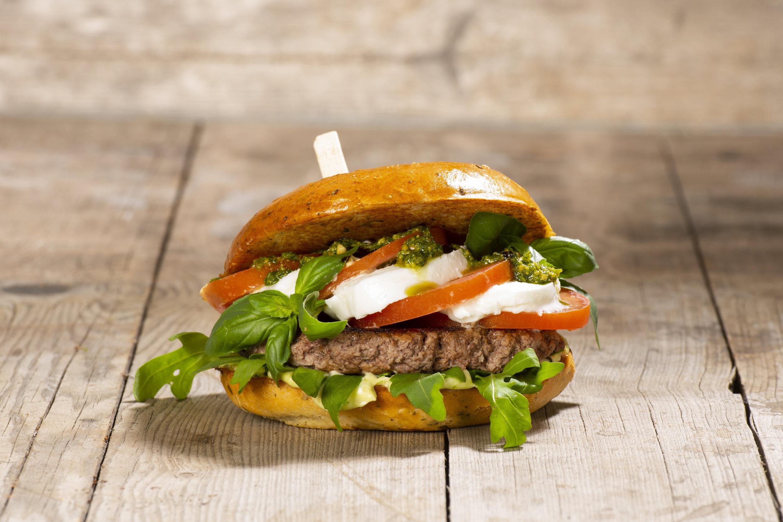 Caprese Burger - Mediterranes Brötchen, 200g Rindfleisch, Tomaten, Büffelmozzarella, Pesto-Mayonnaise, Balsamico-Creme