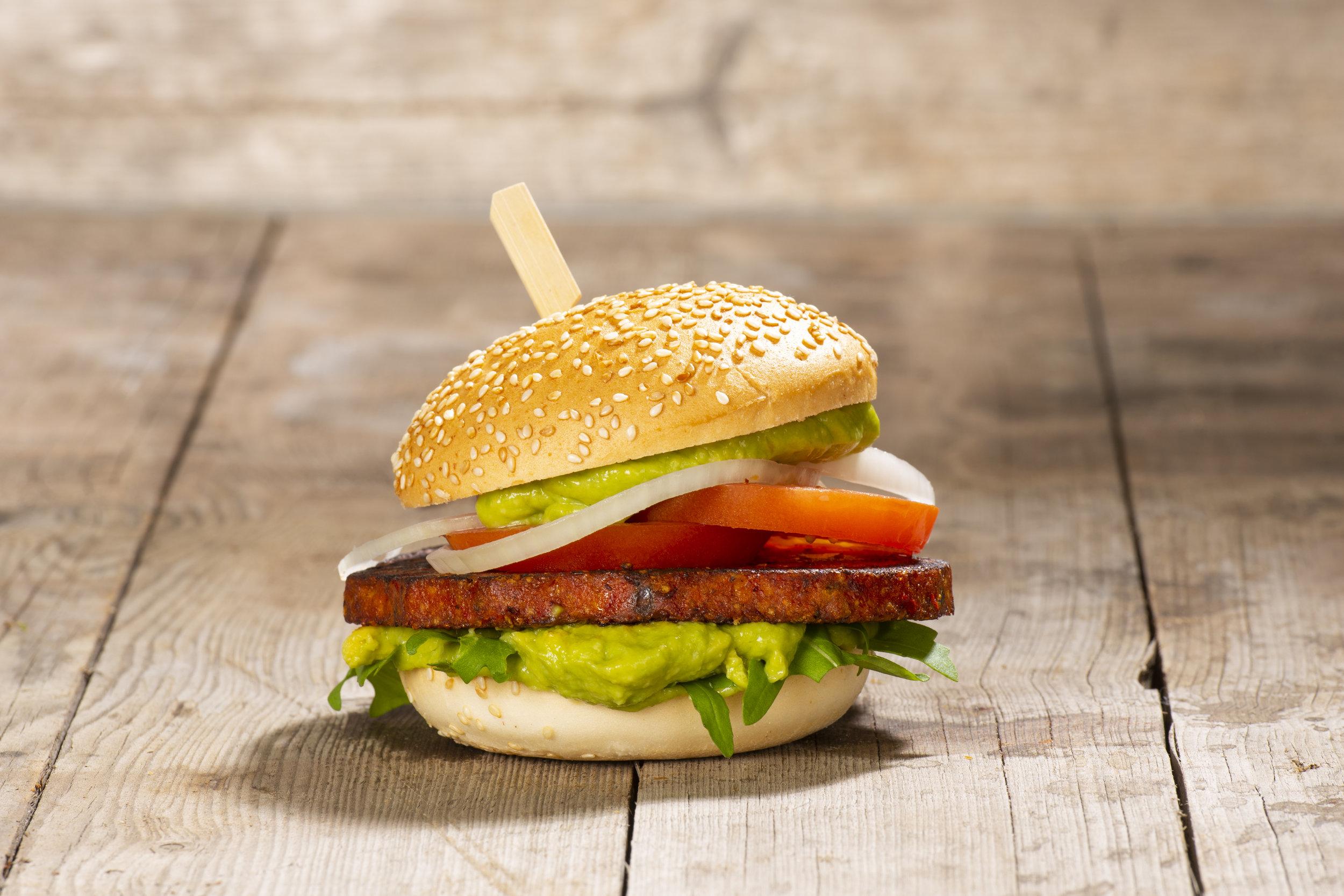 Veganer Burger - Chilli Quinoa Patty, Tomate, Avocadocreme, Rucola, Zwiebeln