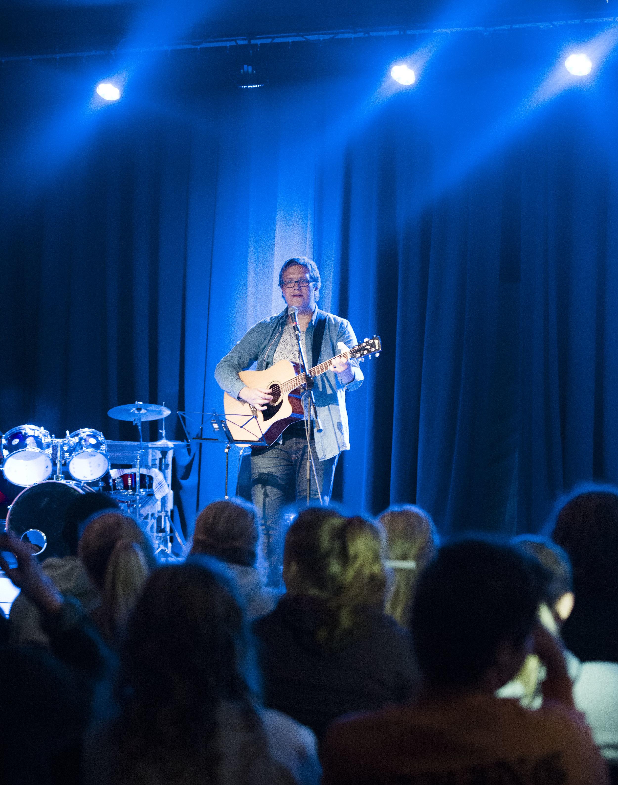 Petter spiller og synger.jpg