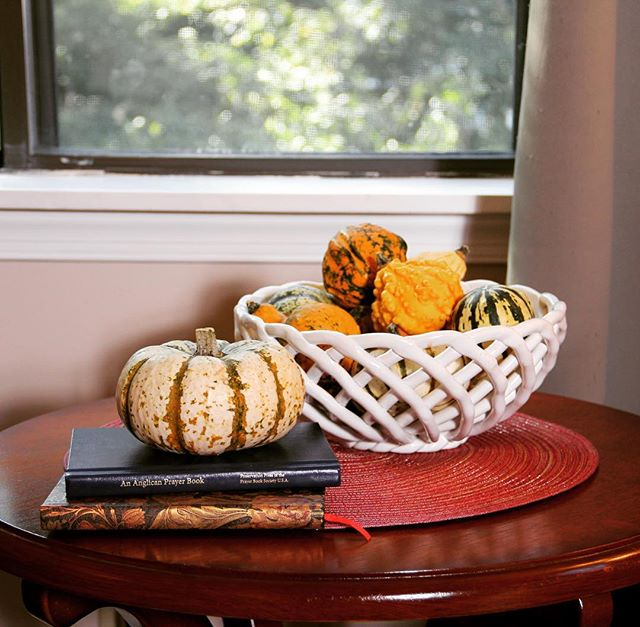 It's officially fall—and it's almost starting to feel like it here! Time to decorate with gourds and mini pumpkins (and the Anglican Prayer Book apparently 😛). #interiordesign #falldecor #minipumpkins
