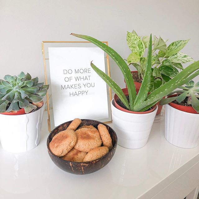 Do More Of What Makes You Happy💛 For me that's eating yummy vegan cookies, being a plant mom & dog mom, and creating graphics to showcase in my room! It's such a good reminder to have and I see it everyday which I love!! Make your room your own personal space!  If you want a custom print with your favorite quote or saying on it let me know!! DM me so I can get started on it 🌟🙌🏼