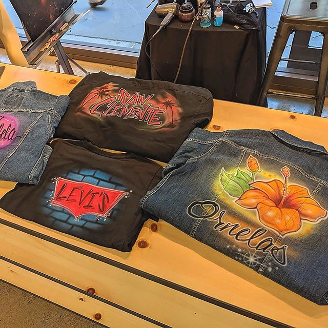 Some masterpieces from @nerdydavinci like always. . . . . #eventmarketing #experientialmarketing #brandexperience #brandactivation #brandmarketing #eventpros #eventprofs #corporateeventplanner #popup #corporateEvents #90sfashion #vintagefashion #customclothing #customtshirts #customtees #customapparel #custompaint #handpainted #airbrush #liveart #livepainting #liveinlevis #levis