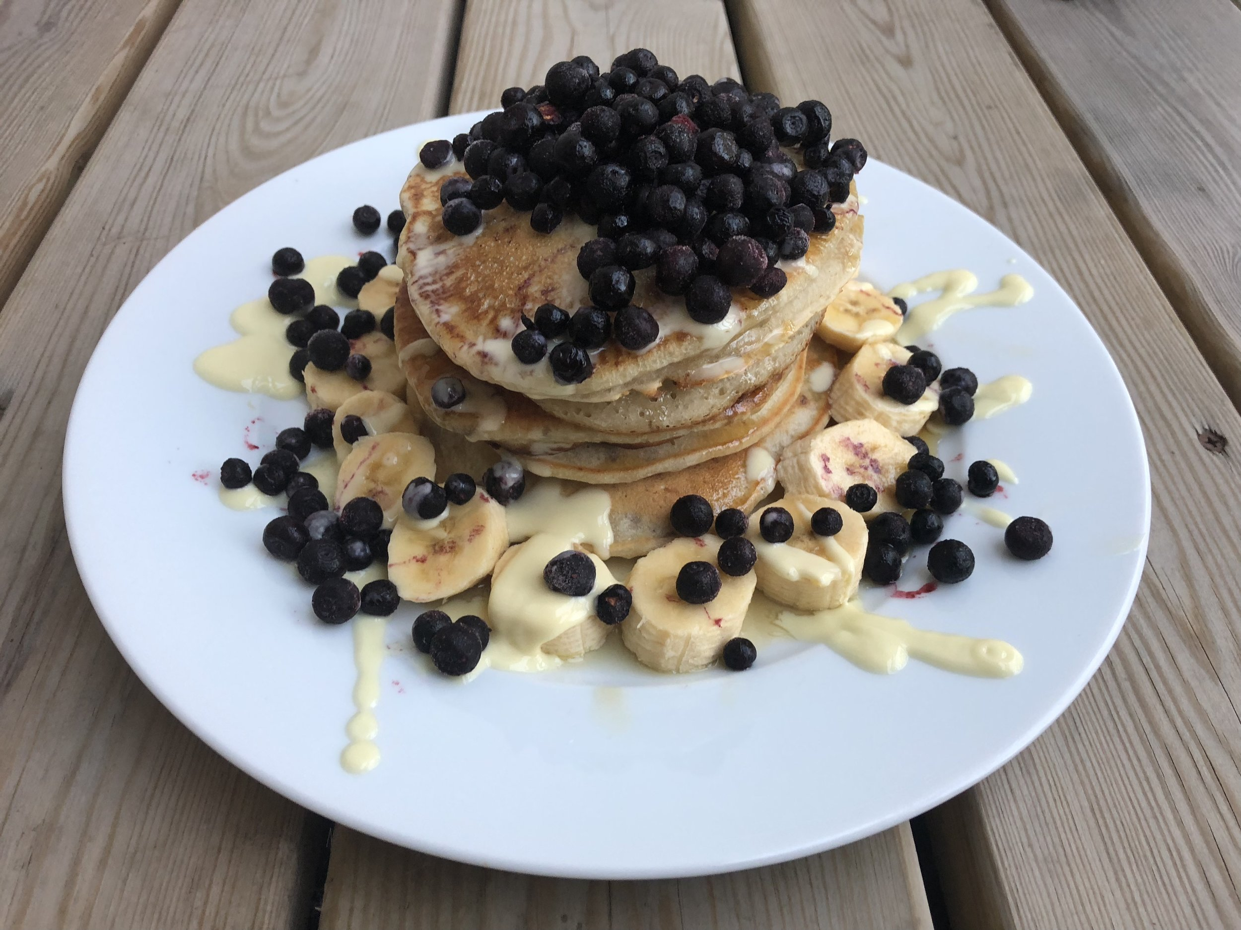 Light, fluffy and delicious pancakes that are 100% vegan! These are flavoured with cinnamon and cardamom and topped with syrup and vanilla sauce.
