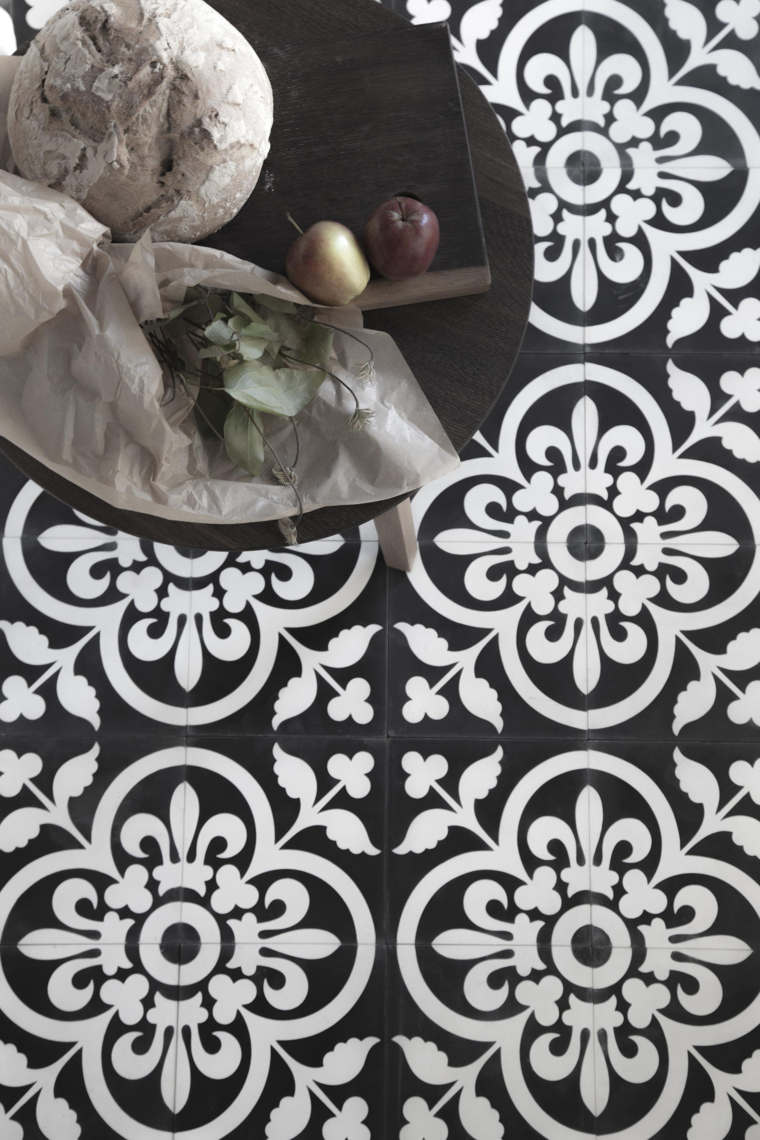iris svart bord blomst copy.jpg