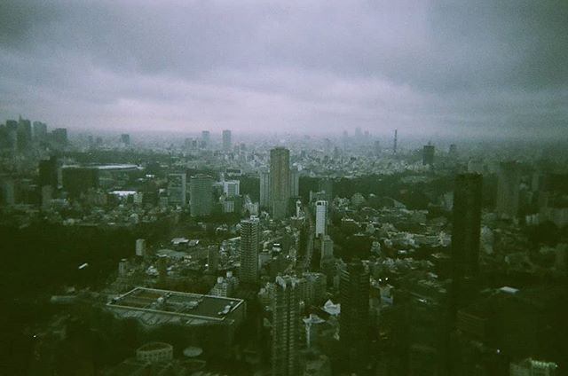 Tokyo shot from the Mori museum in Roppongi.  六本木にある森美術館からの景色。うつるんですで撮りましょた。  #うつるんです #フィルム写真 #東京生活 #東京都 #六本木ヒルズ #曇り空 #写真撮っている人と繋がりたい #雨の日 #スナップ写真 #ぶらぶら#utsurundesu #engangskamera #roppongihills #moriartmuseum #森美術館 #norskefototalenter #norskefotografer #norgesfotografer #tokyolife #tokyo