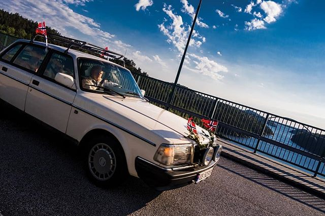 Happy Constitution Day Norway! 今日は ノルウェーの憲法記念日です!Harry-handel på Svinesundsgrensa 17 mai 2018.  #17mai #Svinesund #harryhandel #norwegianconstitutionday #17mai2019 #norskefotografer #norgesfotografer #veterancar #gatefoto #bjørnehoff #bjornehoff #ノルウェー #北欧 #写真撮ってる人と繫がりたい #ストリートスナップ