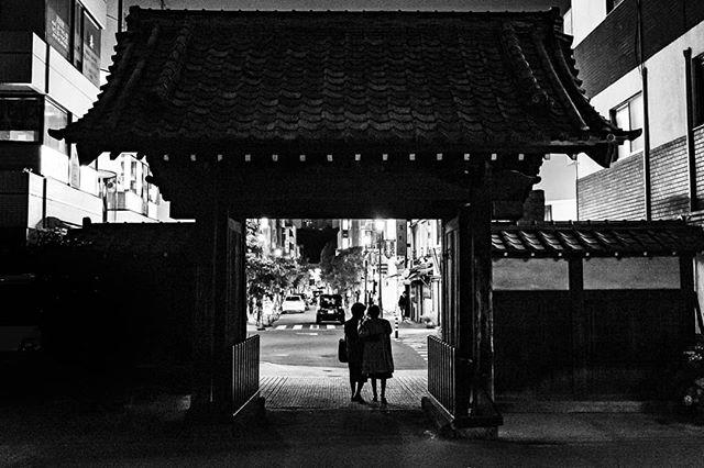 Tokyo is starting to grow on me. 東京少しなれてきたかも。#広尾 #渋谷区 #東京生活 #東京スナップ #門 #ストリートスナップ #ストリートスナップ東京 #美夜寝 #写真家 #モノクローム写真 #モノクローム #モノクロ写真 #モノクロ #hiroo #shibuya #Tokyolife #streetsnappers #gatefoto #templegate #Bjørne #norskefotografer #norgesfotografer #framing #tokyonight #夜景