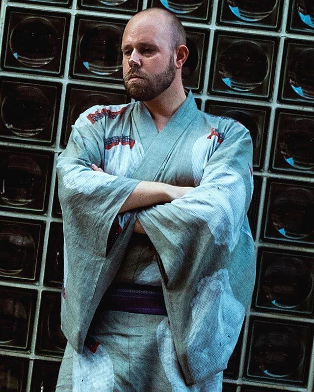 自画像、京都。 浴衣は@yandsons に作っていただいた。Self portrait in Kyoto. The yukata was made for me by Y&Sons #自画像 #自画 #自撮り #セルフポートレート #毎日着物 #浴衣男子 #浴衣 #伊藤若冲 #宮川町 #美夜寝 #京都旅行 #京都ぶらり #和服👘 #着物大好き #yandsons #yukata #wafuku #miyagawacho #selfportraitphotography #selfportraiture #Bjørne #kyotojapan #bespokemakers #norskefotografer #norgesfotografer #mainichikimono
