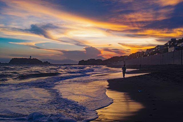 七里ヶ浜。富士山見えます? Shichirigahama Beach. Can you see Mt. Fuji?  #七里ヶ浜 #鎌倉 #鎌倉さんぽ #夕日 #カラフル #海が好き #ビーチライフ #富士山 #美夜寝 #写真家 #波の音 #norskefotografer #norgesfotografer #kamakura #shichirigahama #夏休み #お盆休み #obon #beachwalks #fujifilm #フジフィルム #compactcamera #コンパクトカメラ