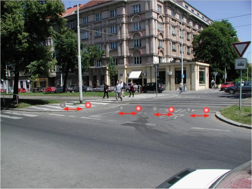 Blíží se tramvaj -  LED návěstidla červeně blikají a upozorňují na blíží se tramvaj a nutnost zastavit.
