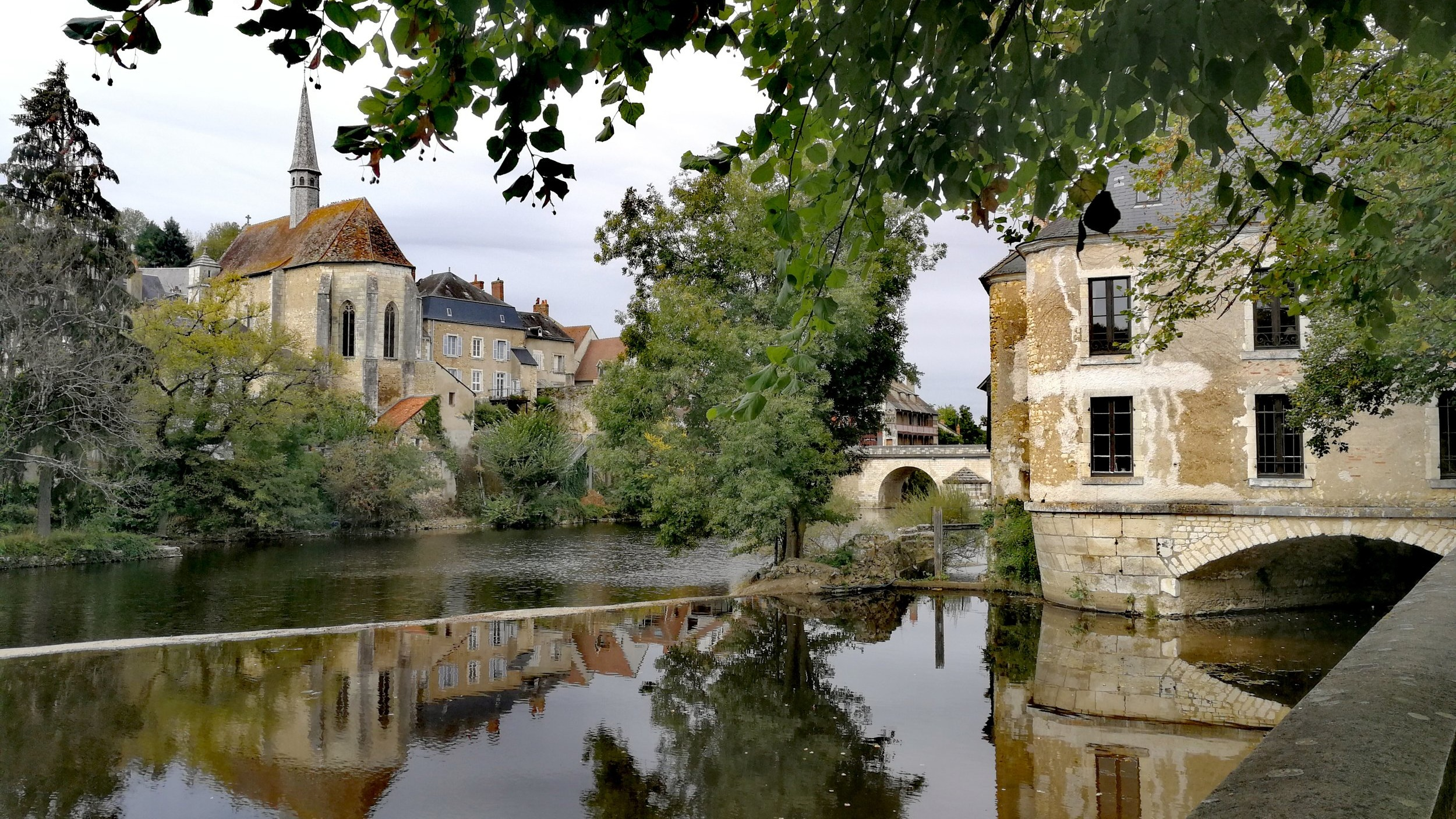 Argenton-sur-Creuse - A village in the heart of FranceOur centre is located in the heart of the city of Argenton-sur-Creuse (36). We work in partnership with local merchants, craftsmen and hoteliers. The centre offers language immersion stays (in French and English).A typical day consists of language workshops in the morning, run by a local guide.The language you learn there will help you benefit fully from your afternoon's experience.