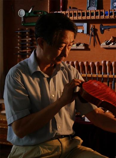 Master chinese violinmaker zheng quan at work