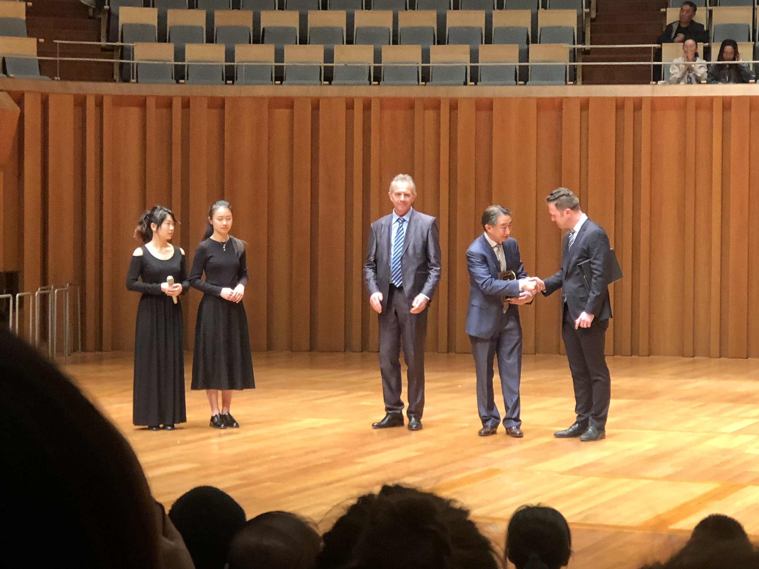 Zheng Quan receives a plaque from VSA President-Elect Zachary Moen honoring his commitment to excellence at the 4th China International Violin and Bow Making Competition.