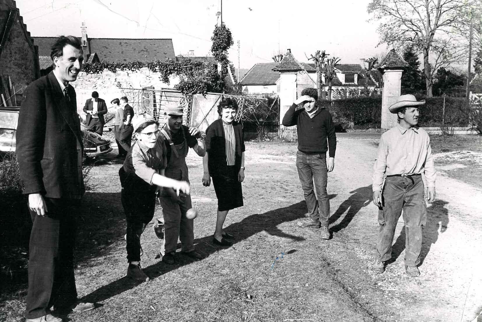 Jean Vanier joue à la pétanque avec des personnes accueillies à Trosly-Breuil (Oise) dans les années 60.