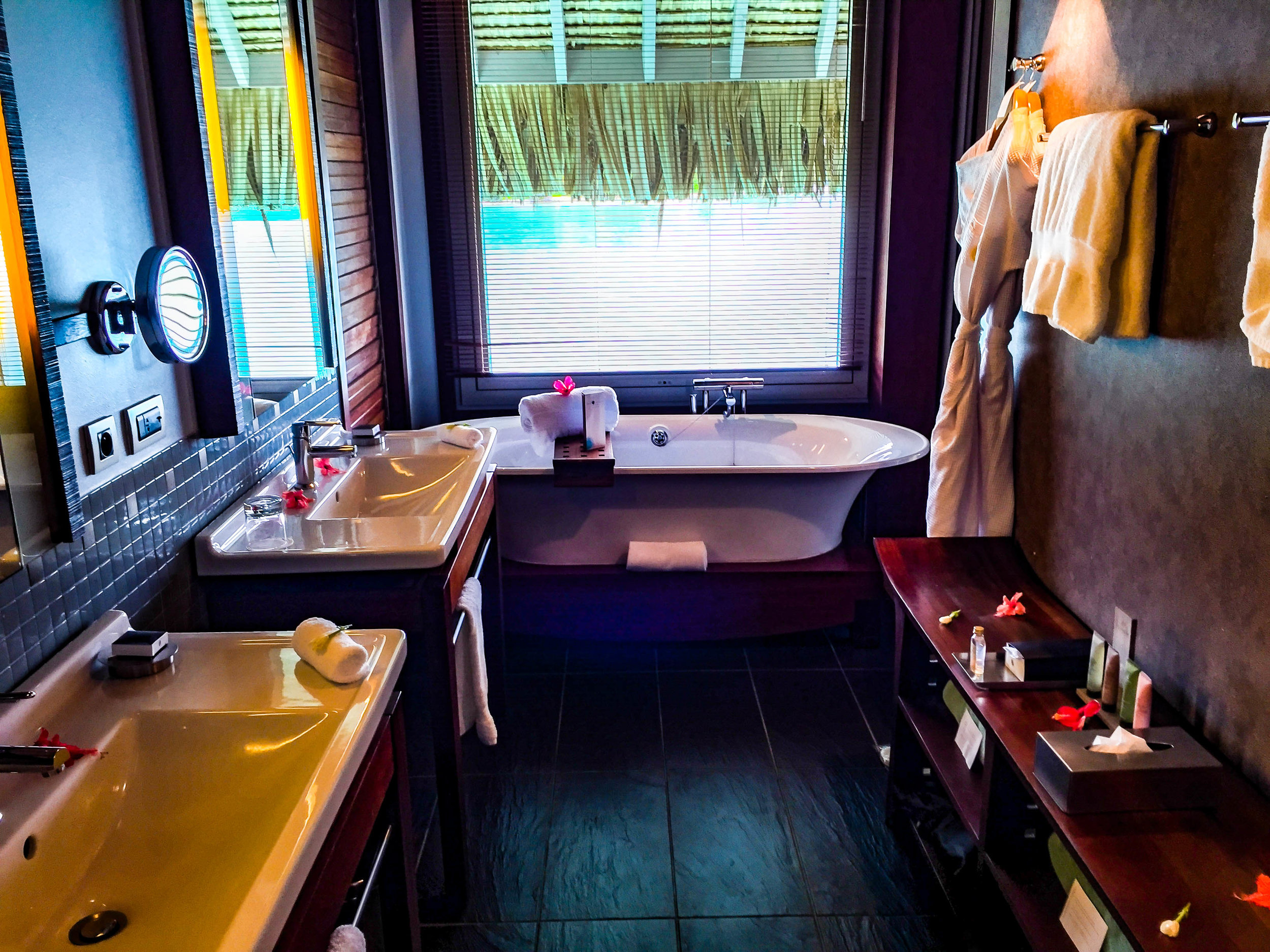 Bora_Bora_InterContinental-bathroom_hotel.jpg