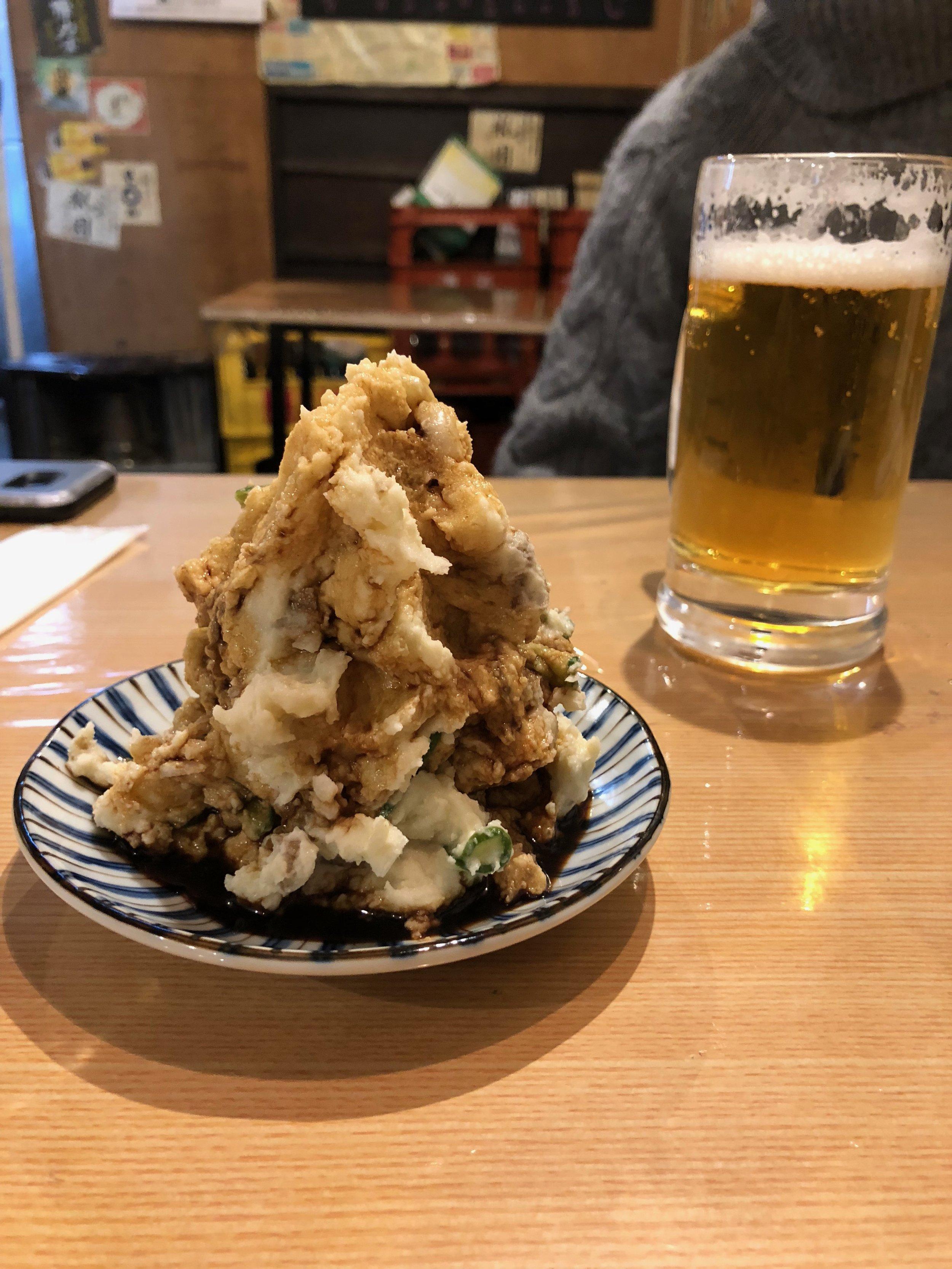 ¡Una montaña de puré! Mejor dicho ensalada de puré porque también había cebolla verde adentro. Servido con salsa soya.