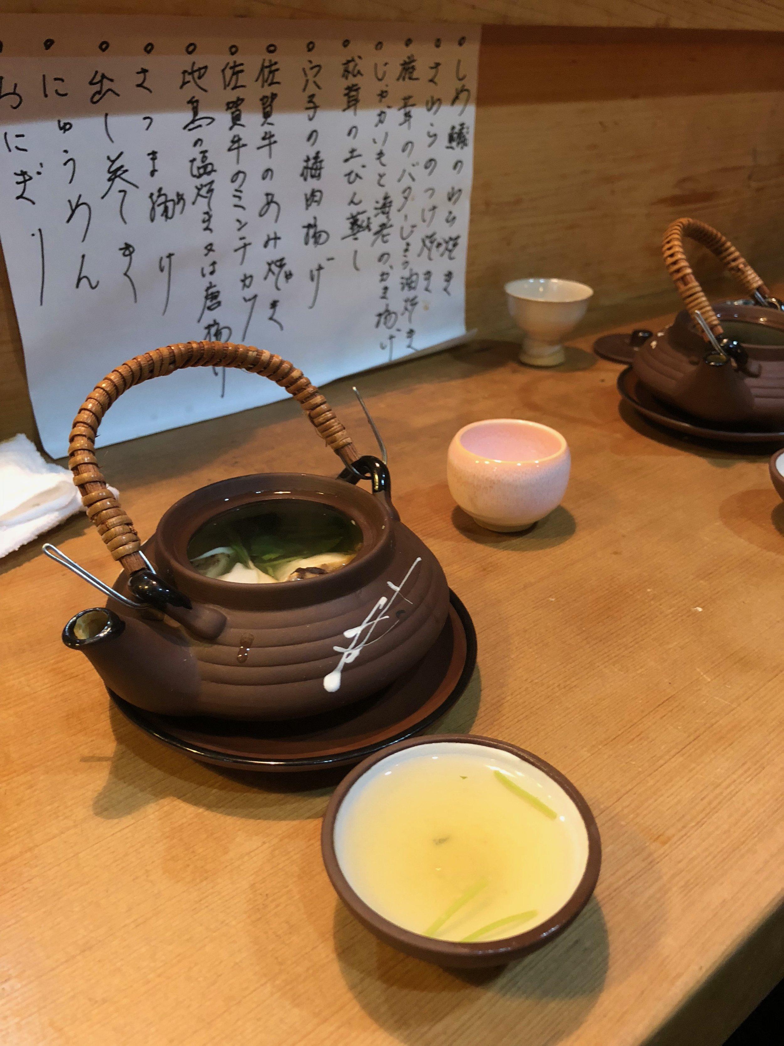 Para terminar, una sopa hecho con pescado y hongos y vegetales. Primero se toma la sopa y después de come el resto de la taza de té. ¡Que original!