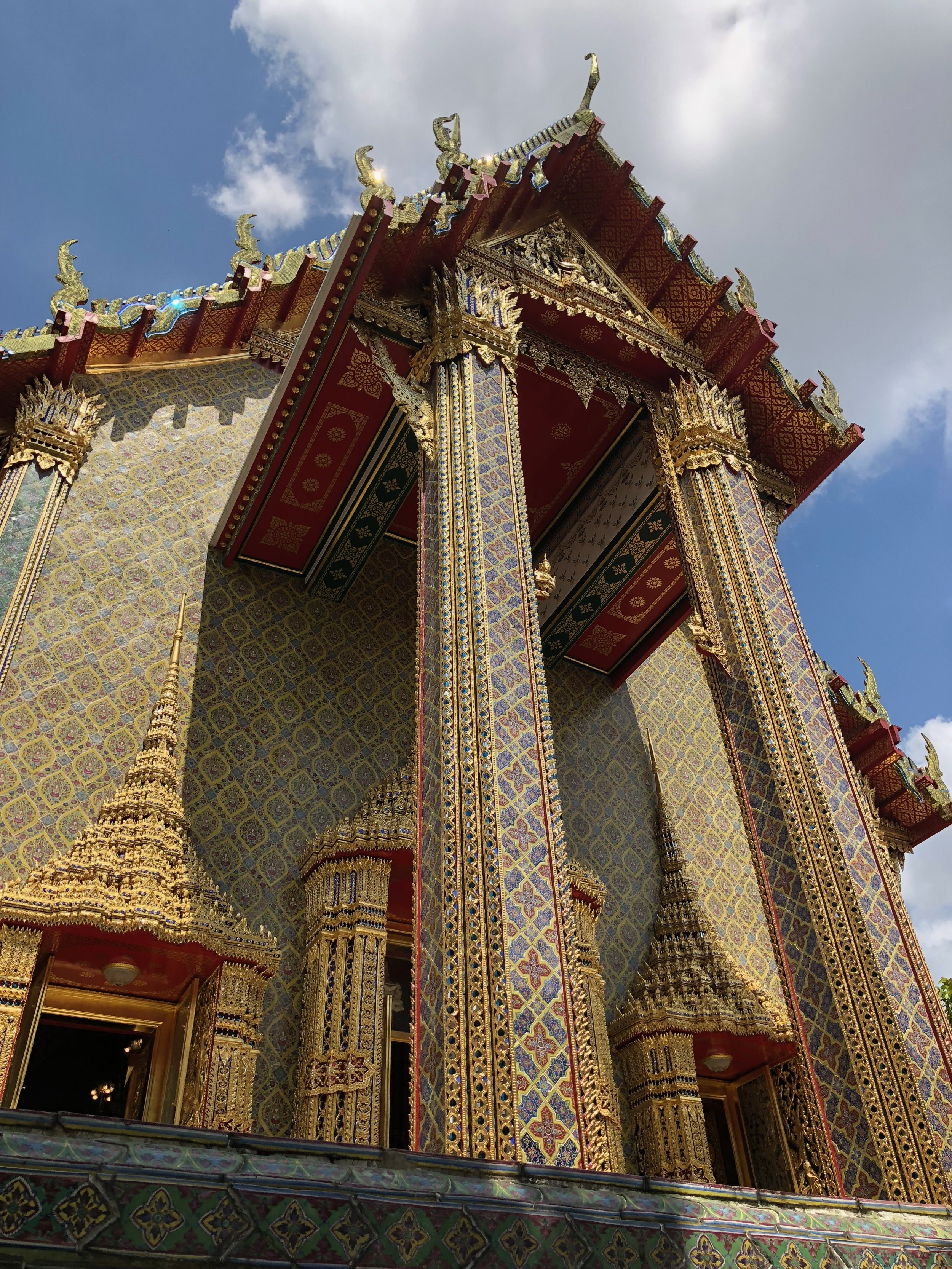 I am so fortunate to see how stunningly decorated these temple complexes are, and the one in Wat Ratchabophit Sathitmahasimaram takes the cake.