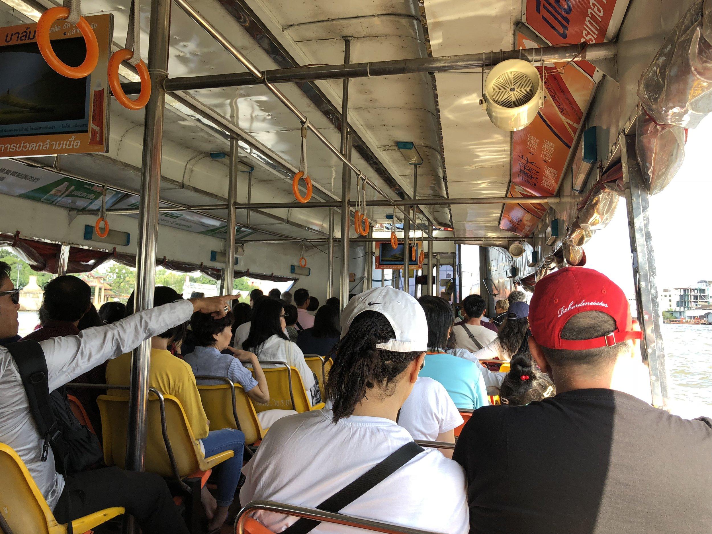 Adentro de un barco…¡lleno de gente!