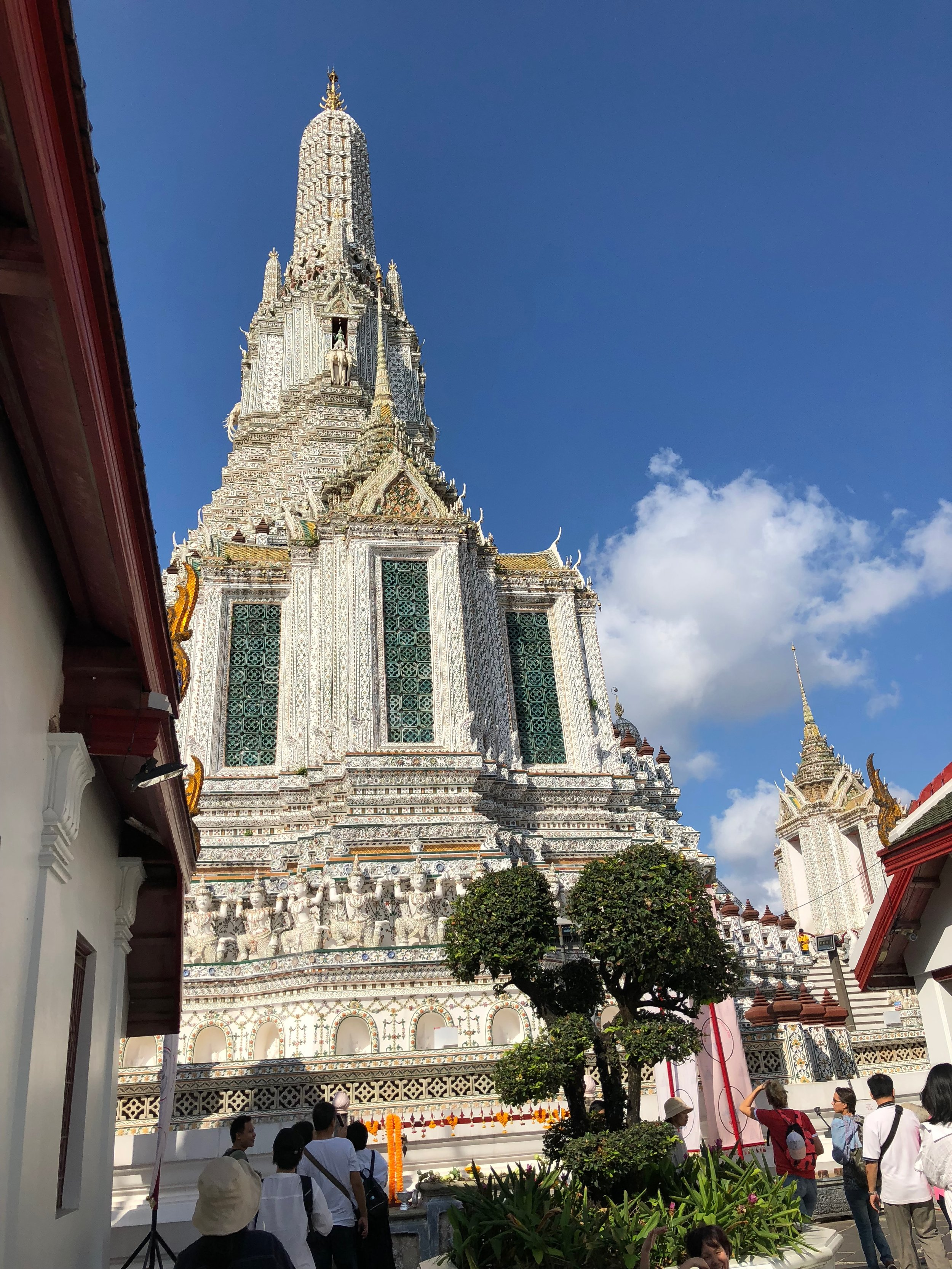 La espira principal de la entrada de Wat Arun Ratchawararam.