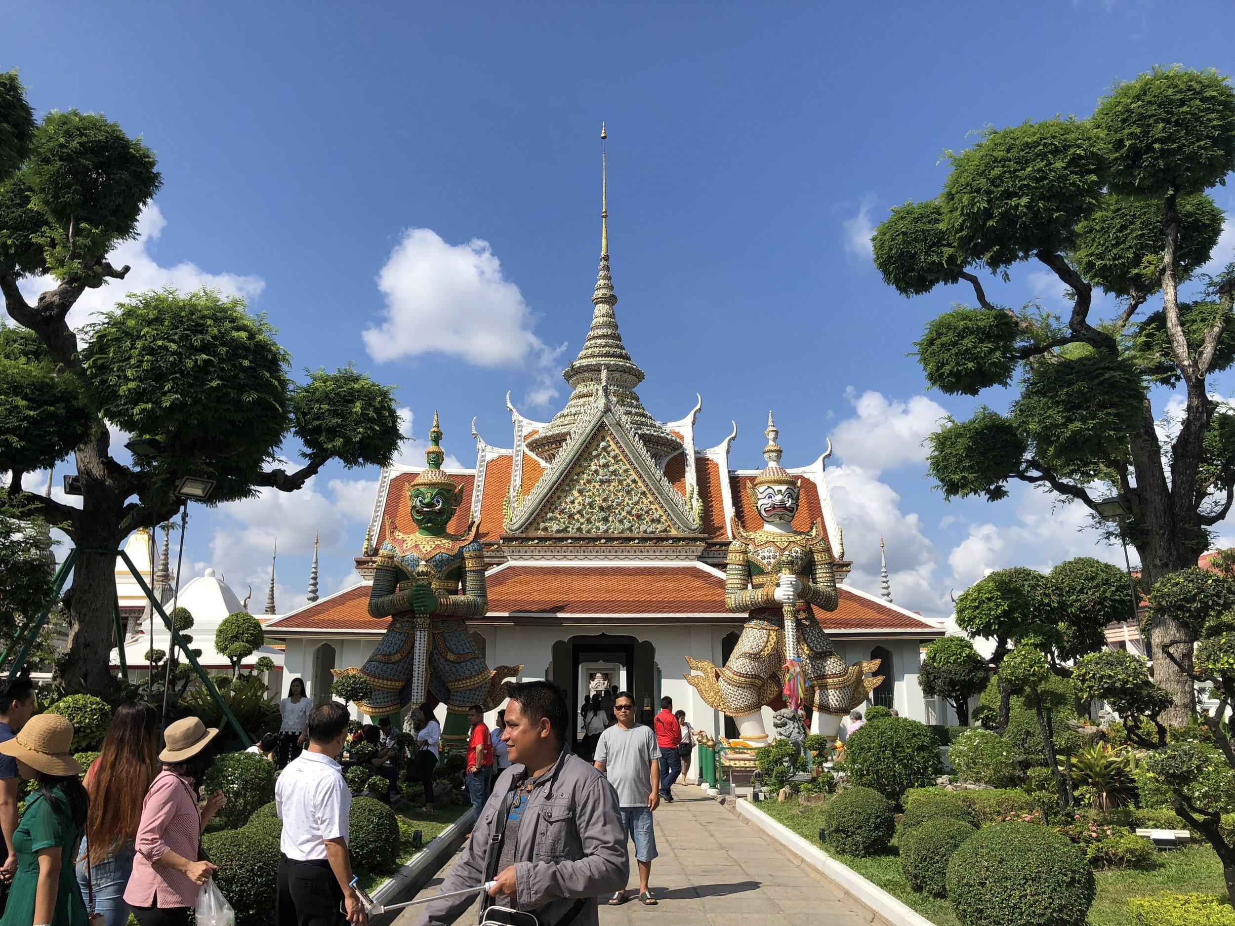 Los guardianes al frente de una sala de oración en Wat Arun Ratchawararam.