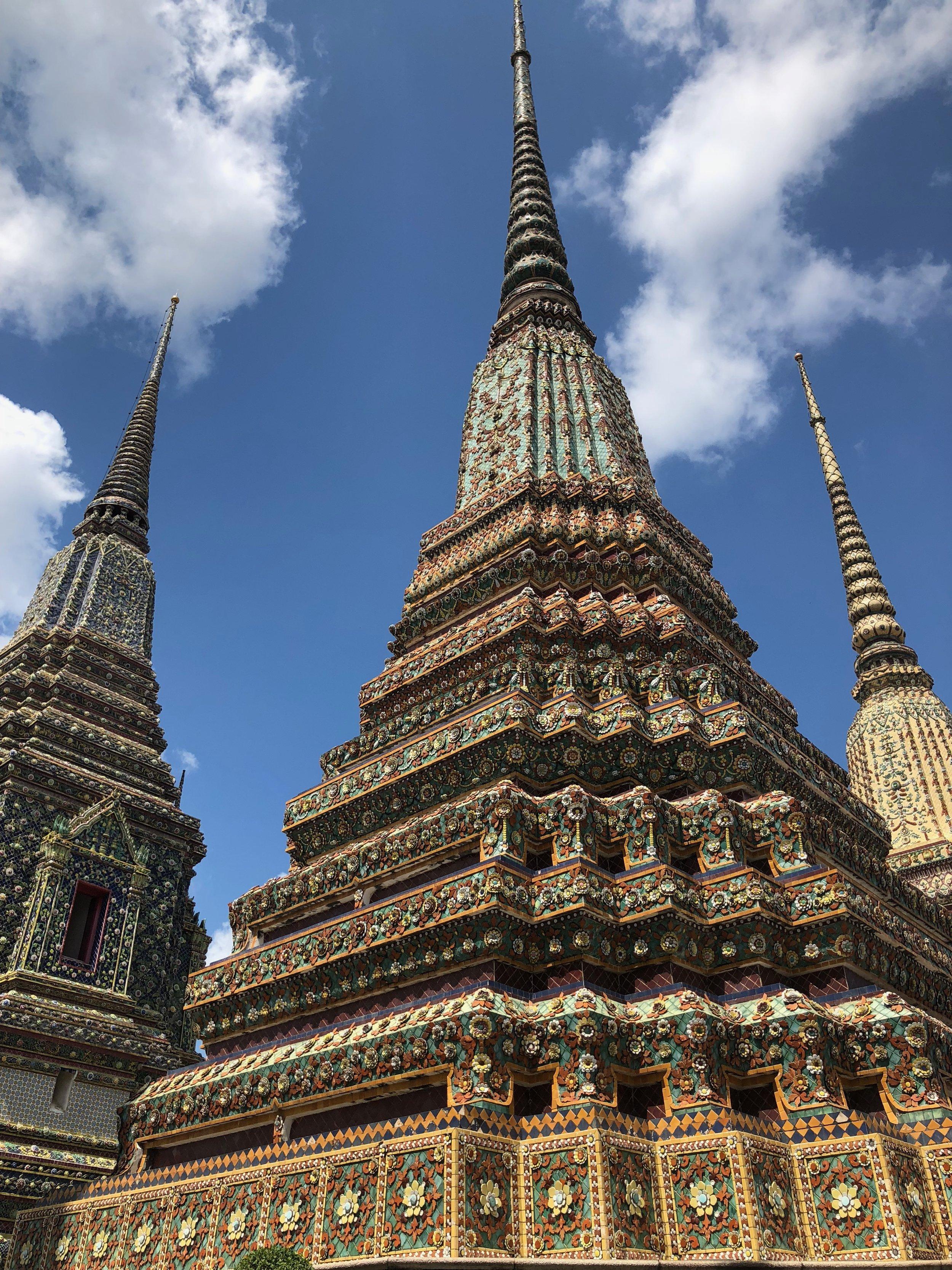 Las espiras de Wat Pho, otro complejo de templos cerca de Wat Arun Ratchawararam. Son muy decorados y increíbles.