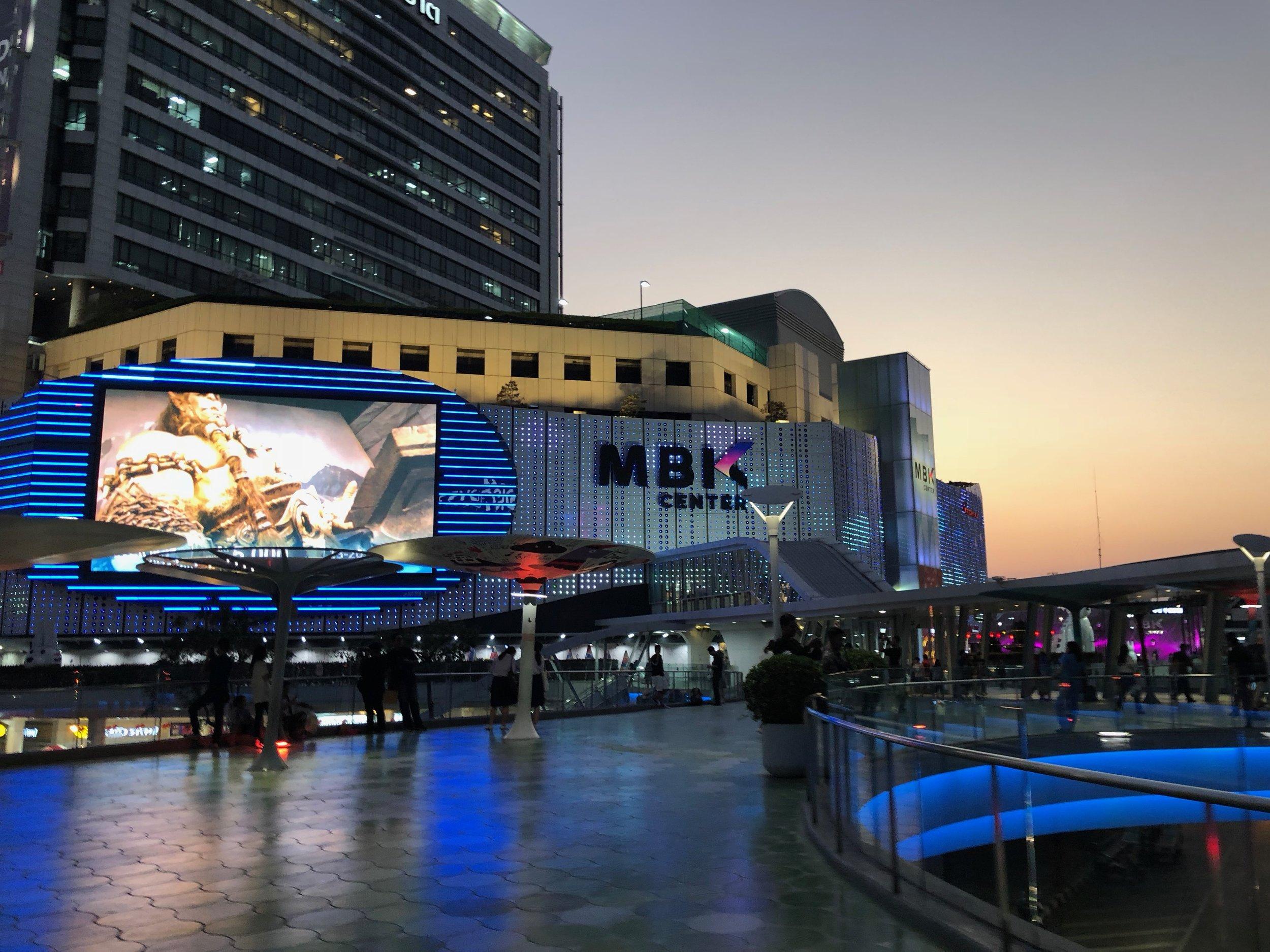 Al anochecer pude ver el centro comercial comenzar aprender sus luces.