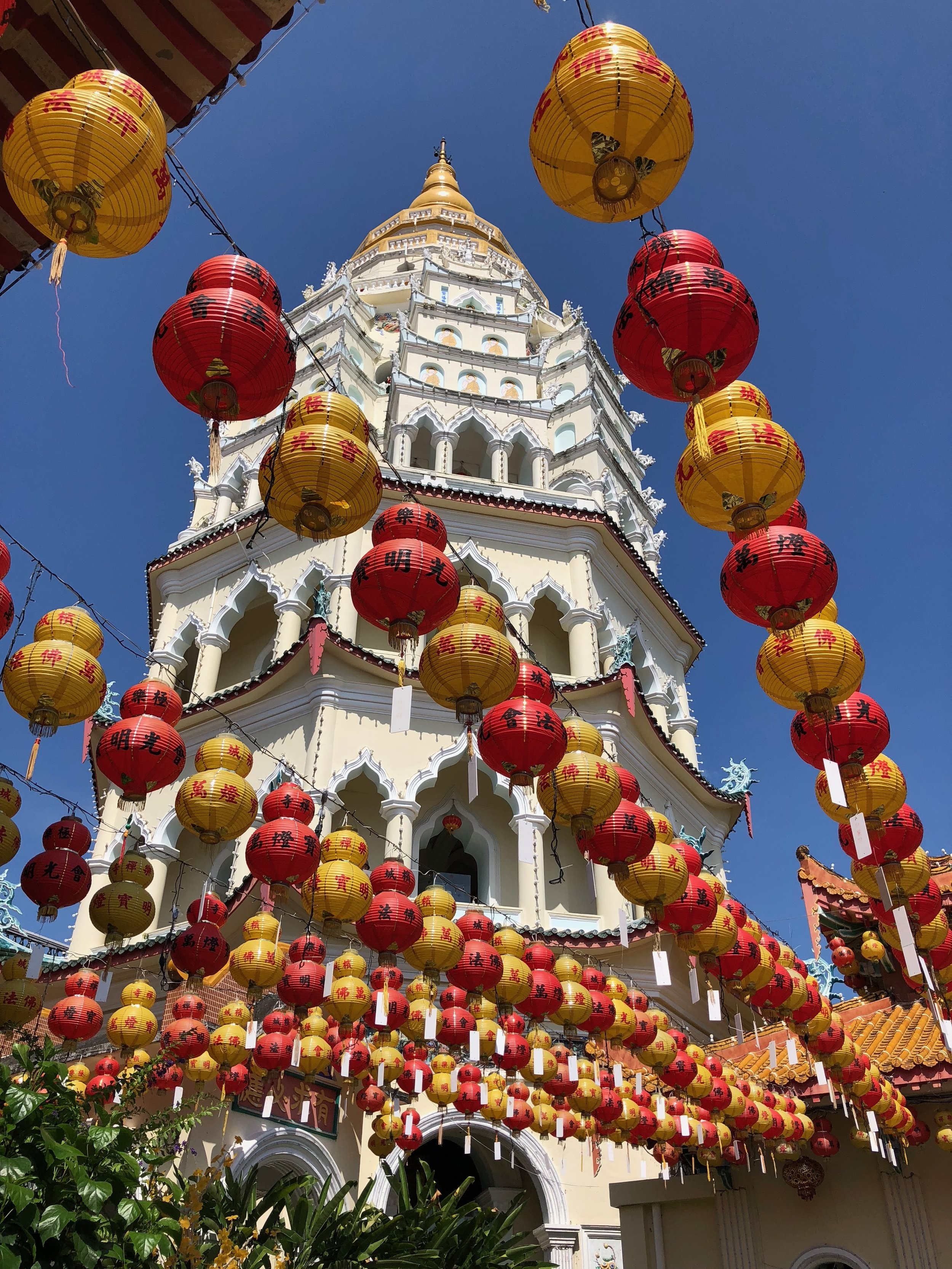 The seven-story pagoda combining Chinese, Thai, and Burmese architecture (starting from the bottom to the top). The red and yellow lanterns add to the loveliness of temple.