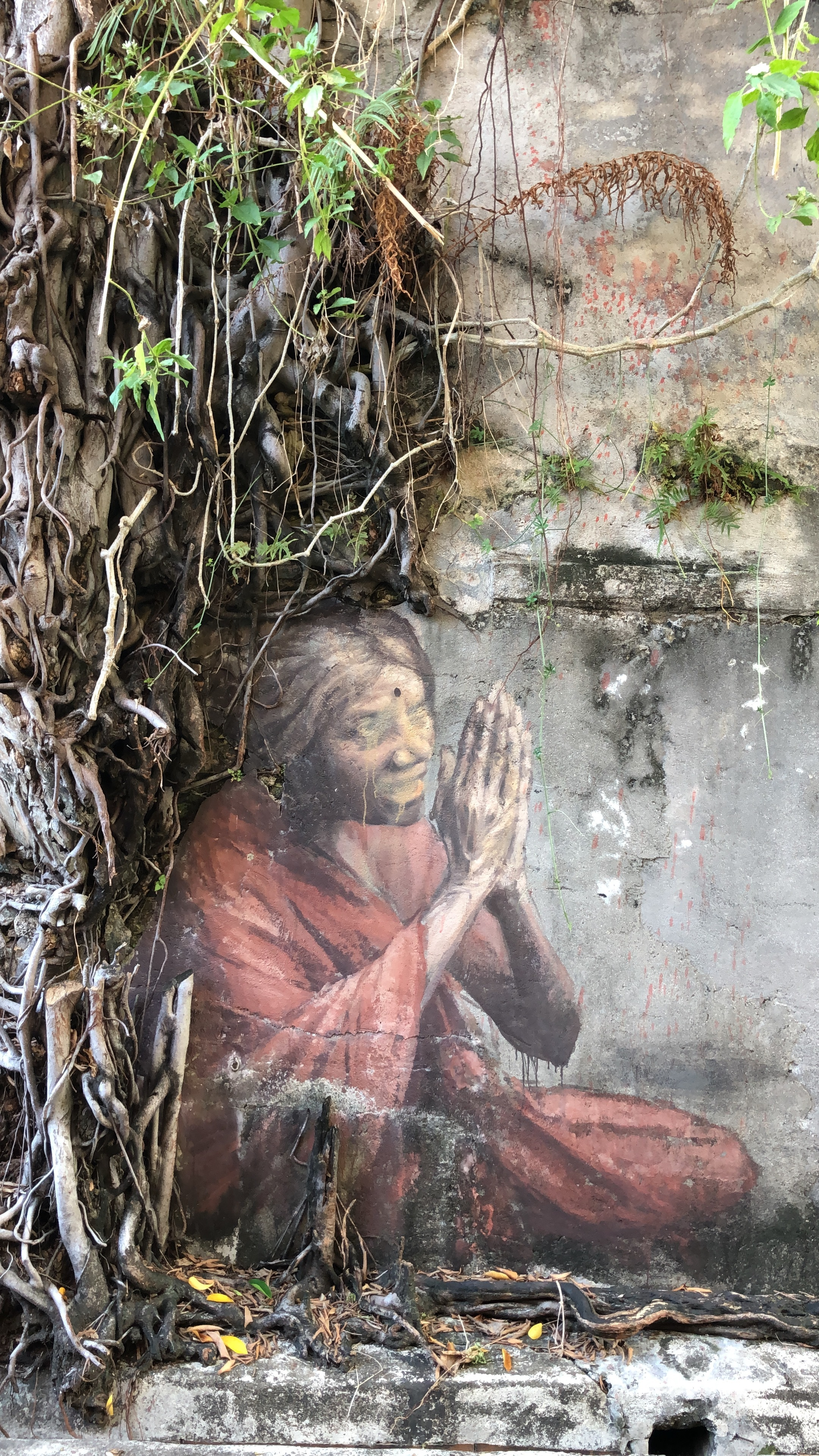 A woman praying, one of the more hidden murals I was able to encounter.