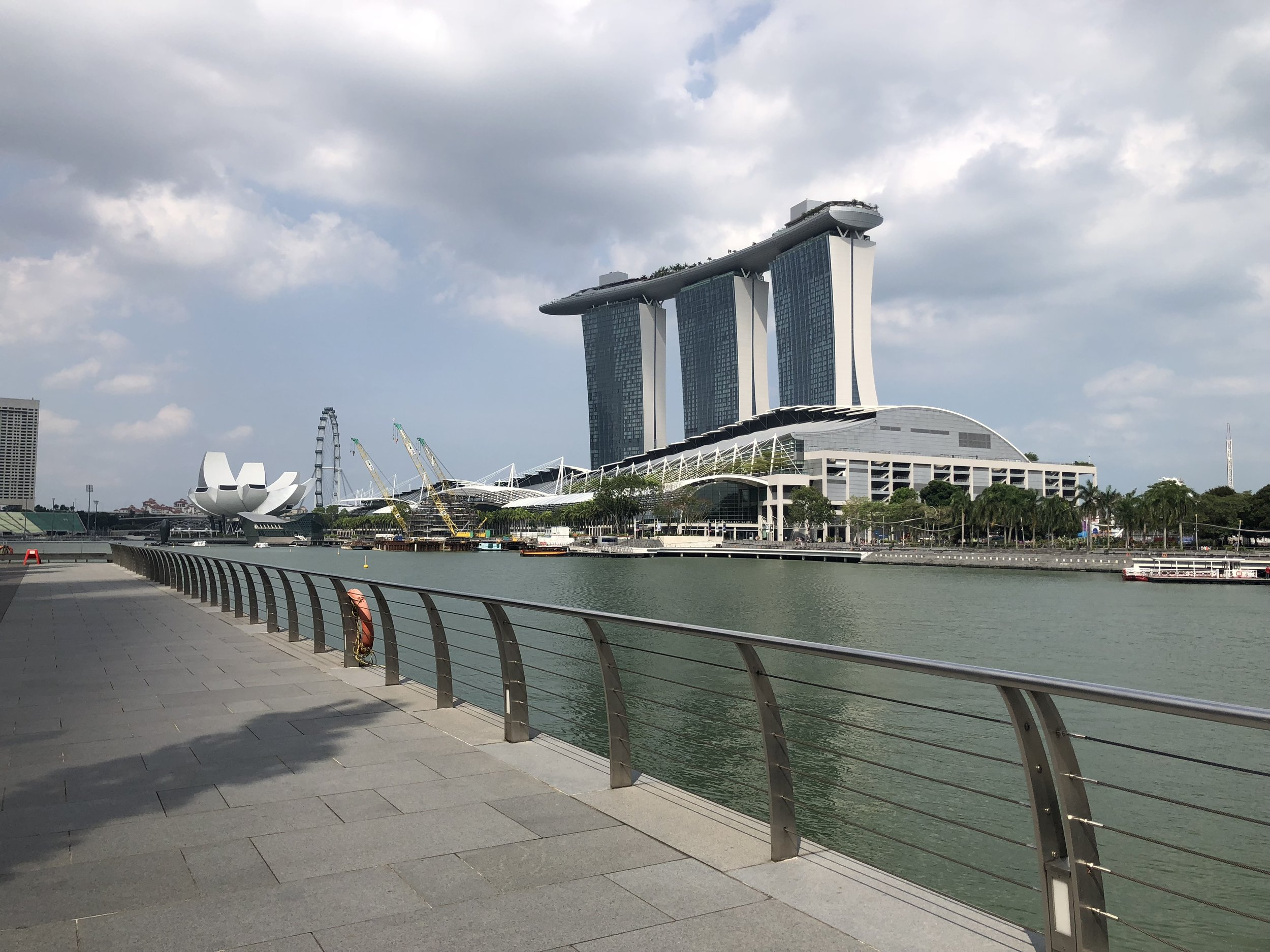 Acercándome al hotel de Marina Bay Sands. Atrás esta Gardens By The Bay, mi destino final.