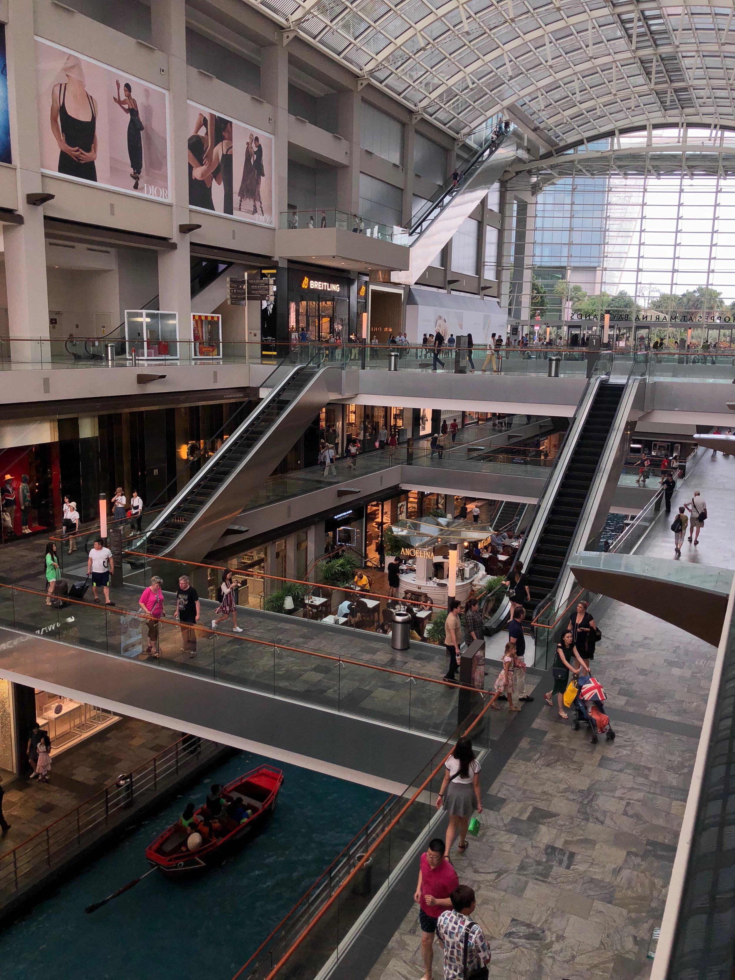Adentro del centro comercial de Marina Bay Sands habían tiendas lujos y encontré la entrada para Gardens By The Bay.